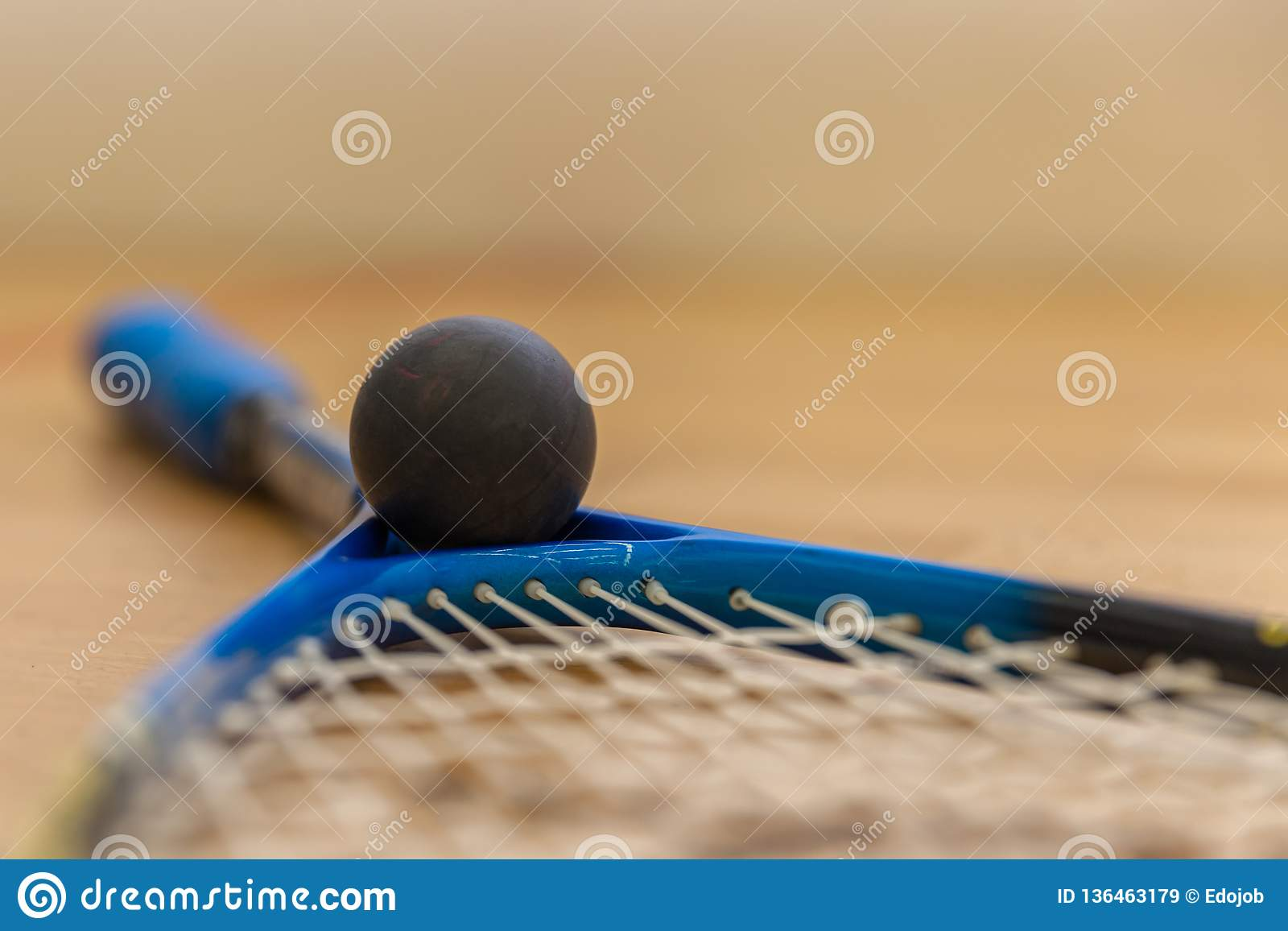 ракетки и шарики сквоша на суде
