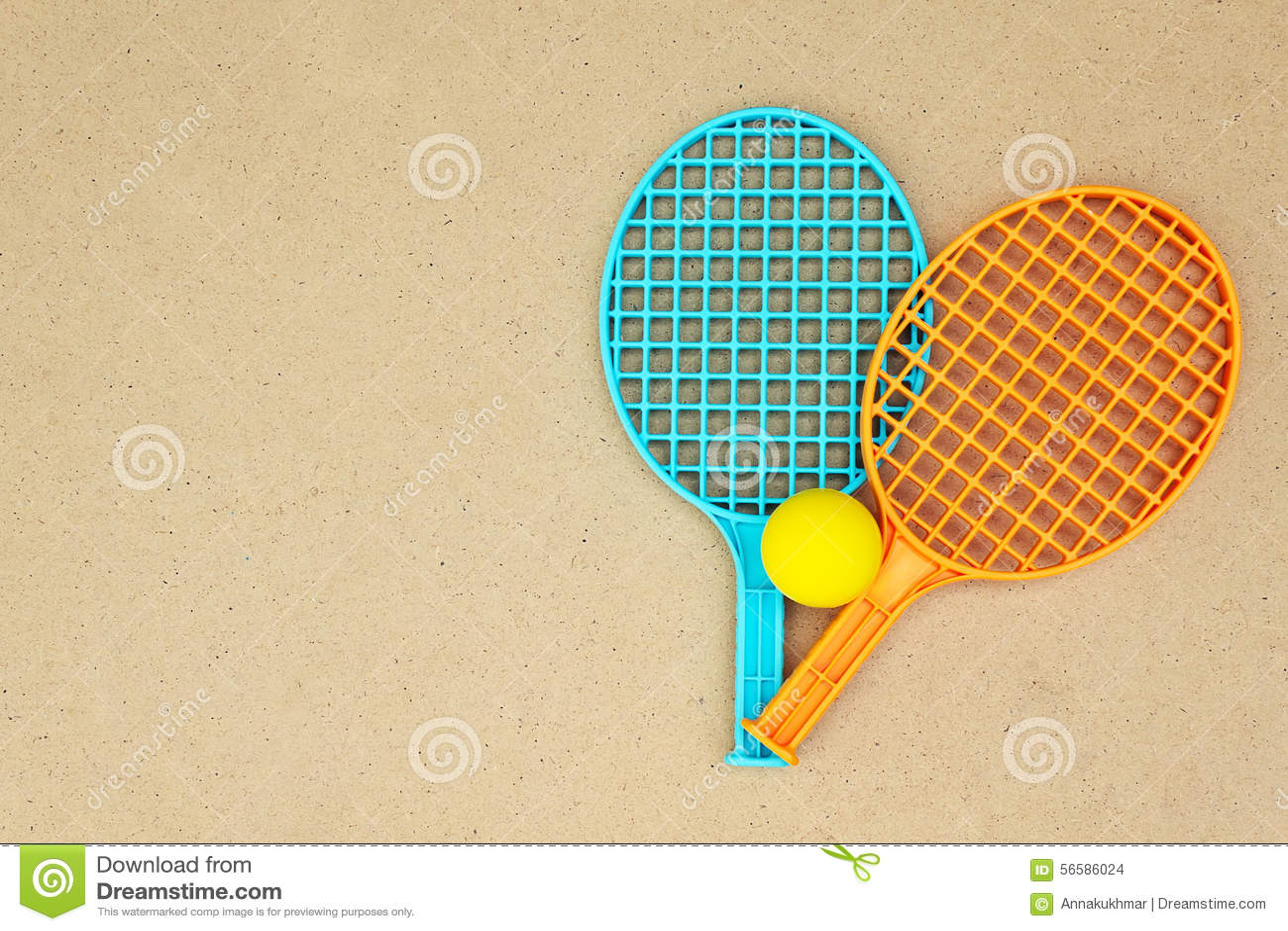 Ракетки и шарик тенниса на таблице