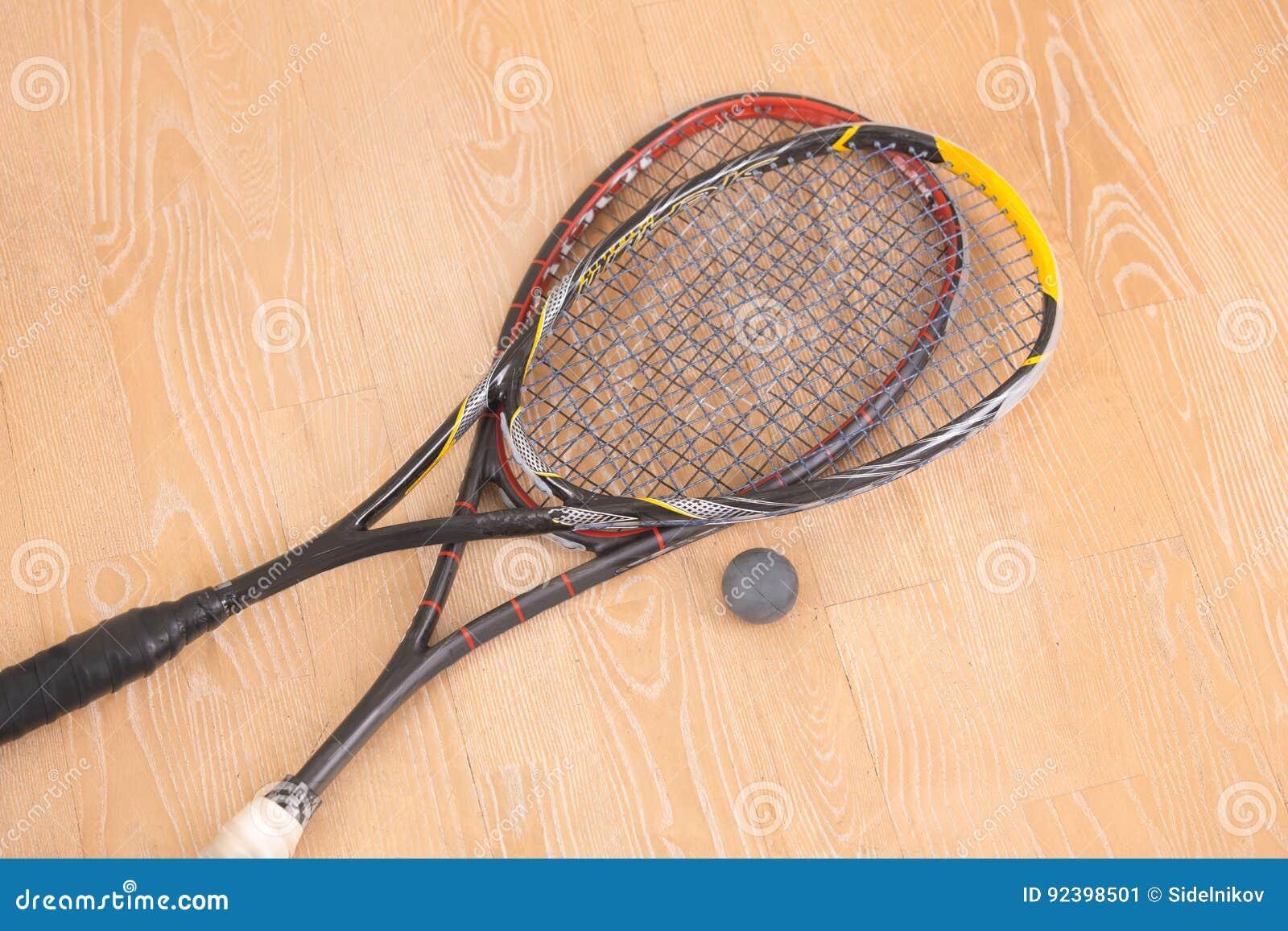 Ракетки и шарик equiment спорта на поле