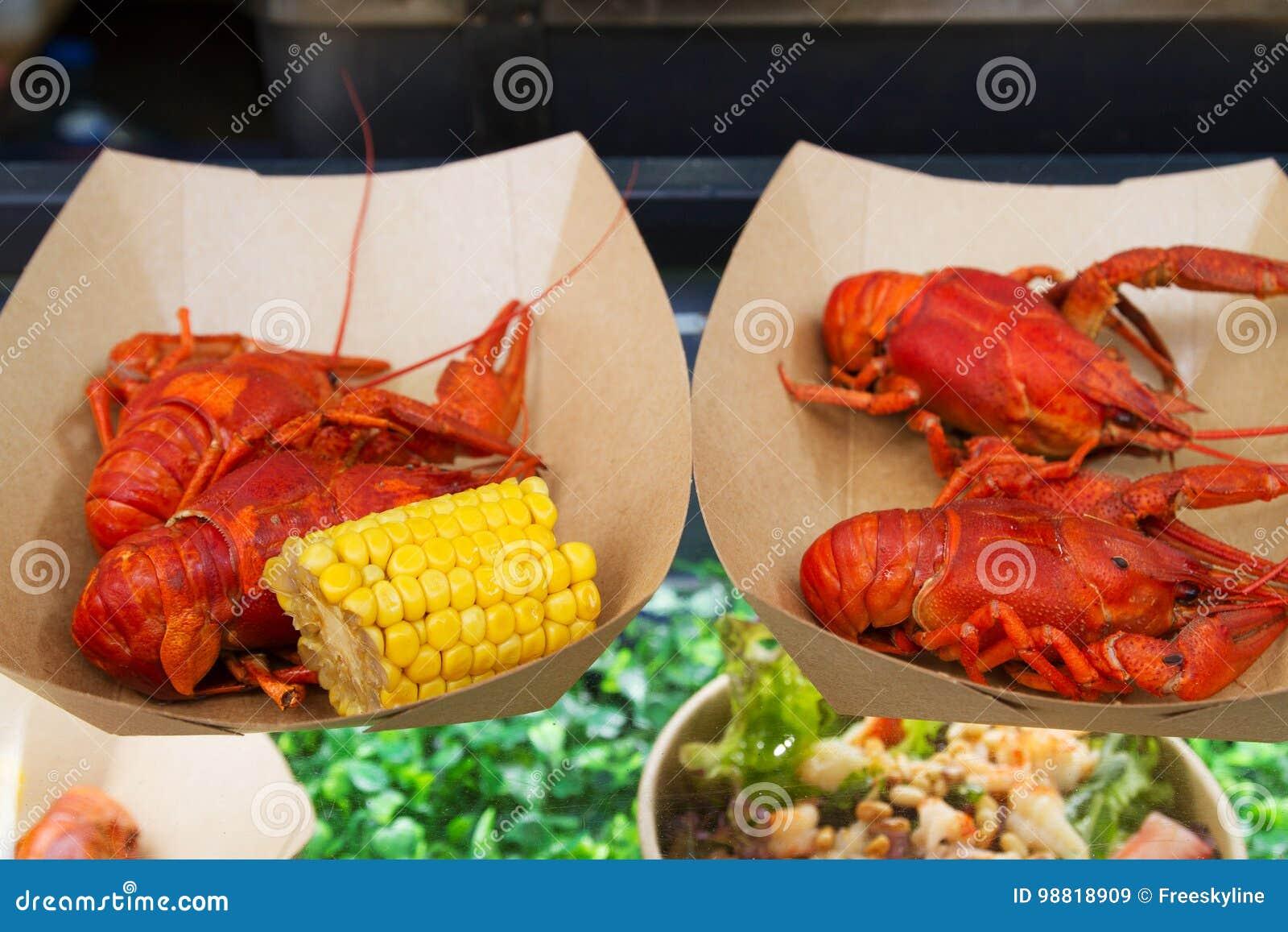 Ракы или ракы будучи послуженным на стойле еды на событии фестиваля еды открытой кухни международном еды улицы