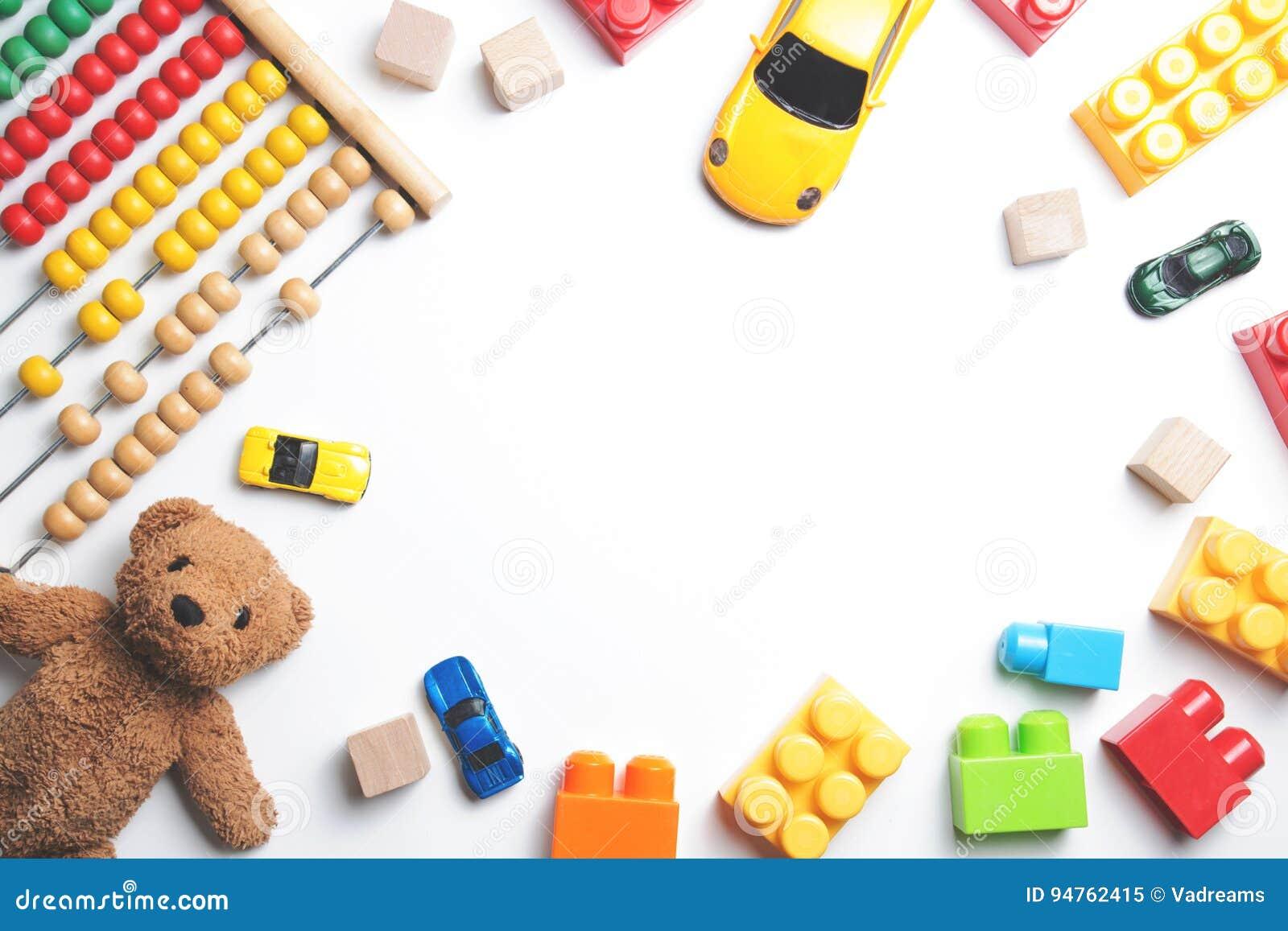 Рамка игрушек детей на белой предпосылке Взгляд сверху Плоское положение