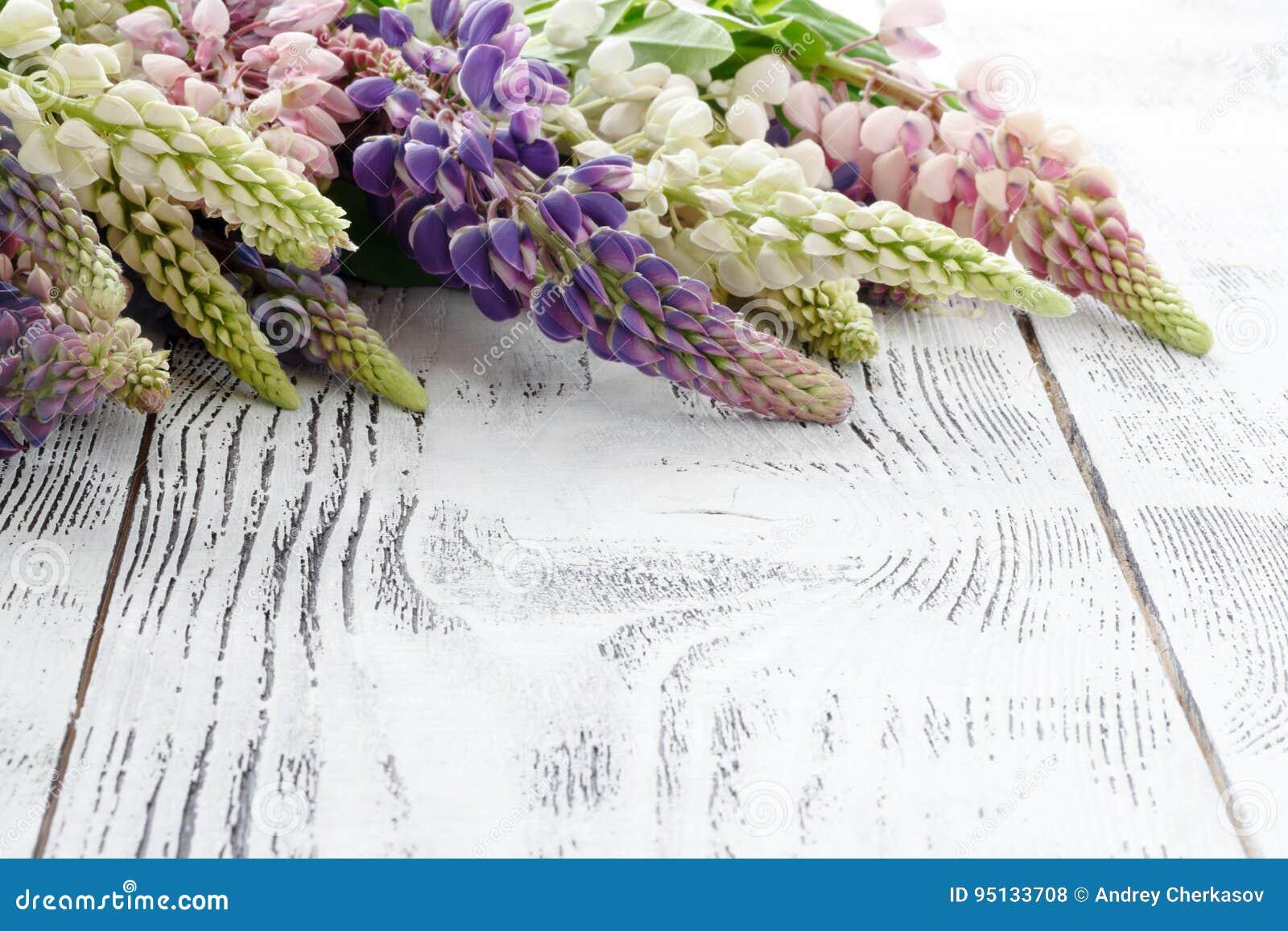 Рамка от lupine цветет старая деревянная покрашенная предпосылка