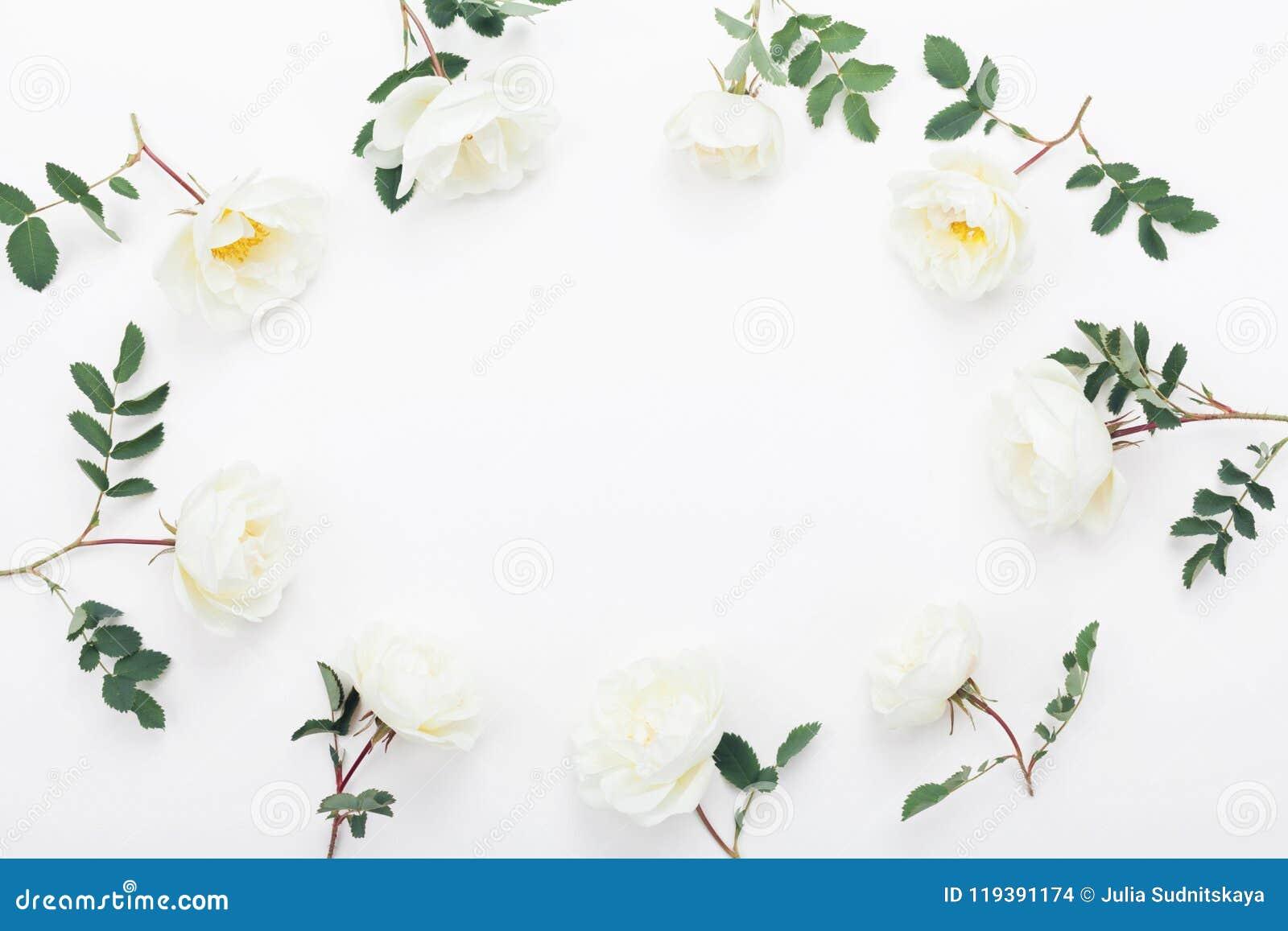 Рамка розовых цветков и зеленого цвета выходит на белый взгляд столешницы Красивая картина свадьбы в дизайне положения квартиры