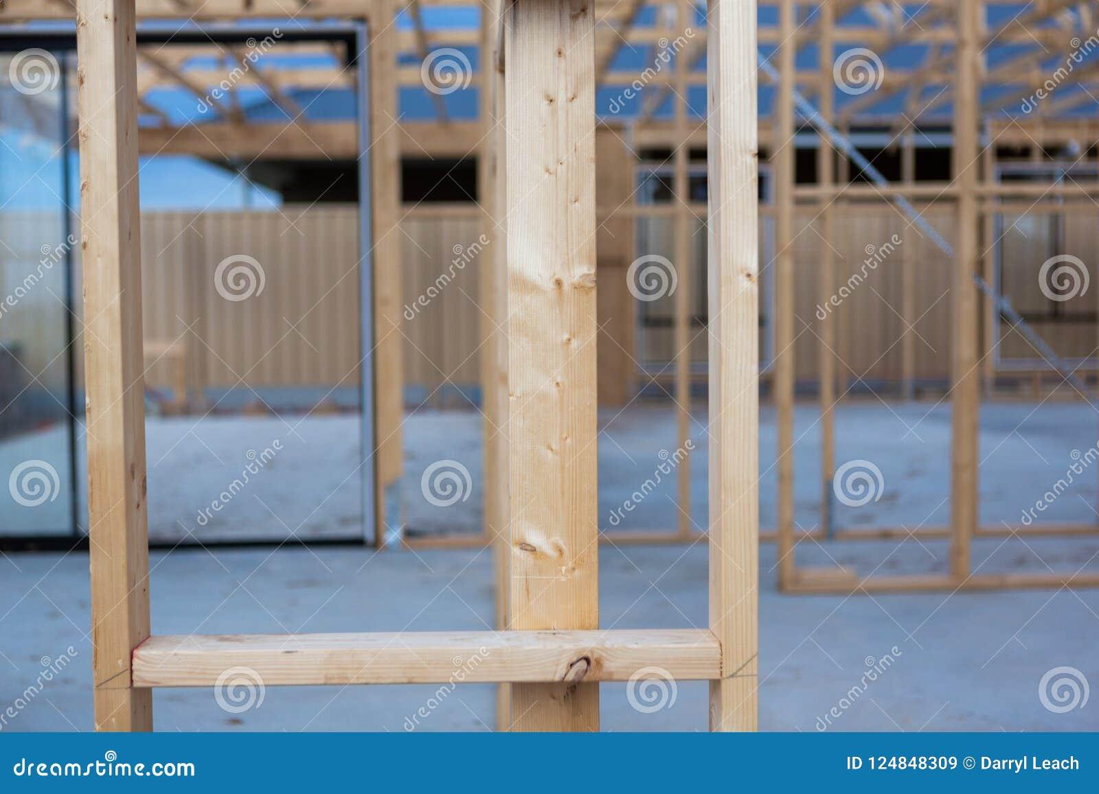 Рамка тимберса дома заново будучи построенным в южной Австралии o