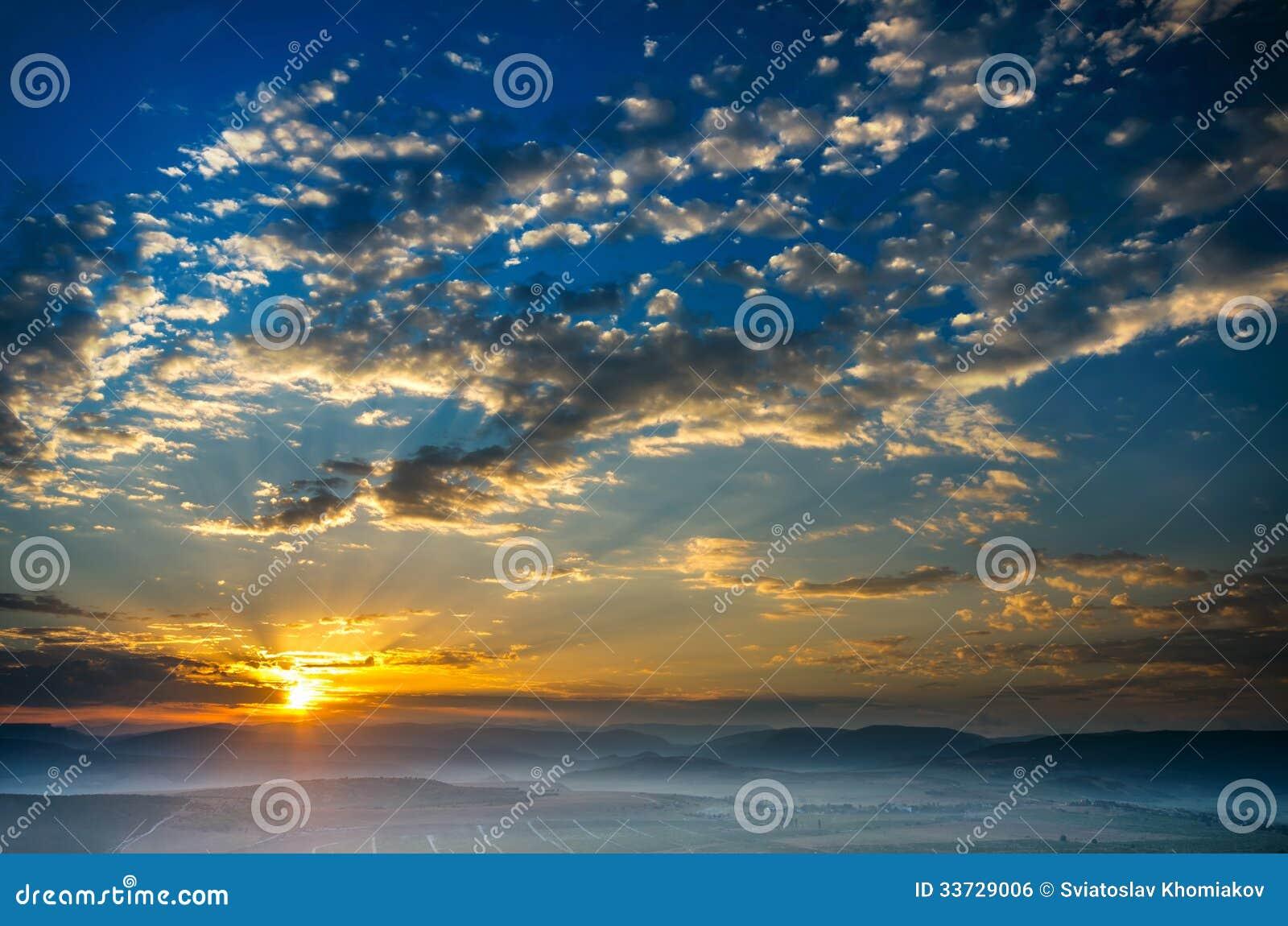 Рано утром, солнце поднимает, туман