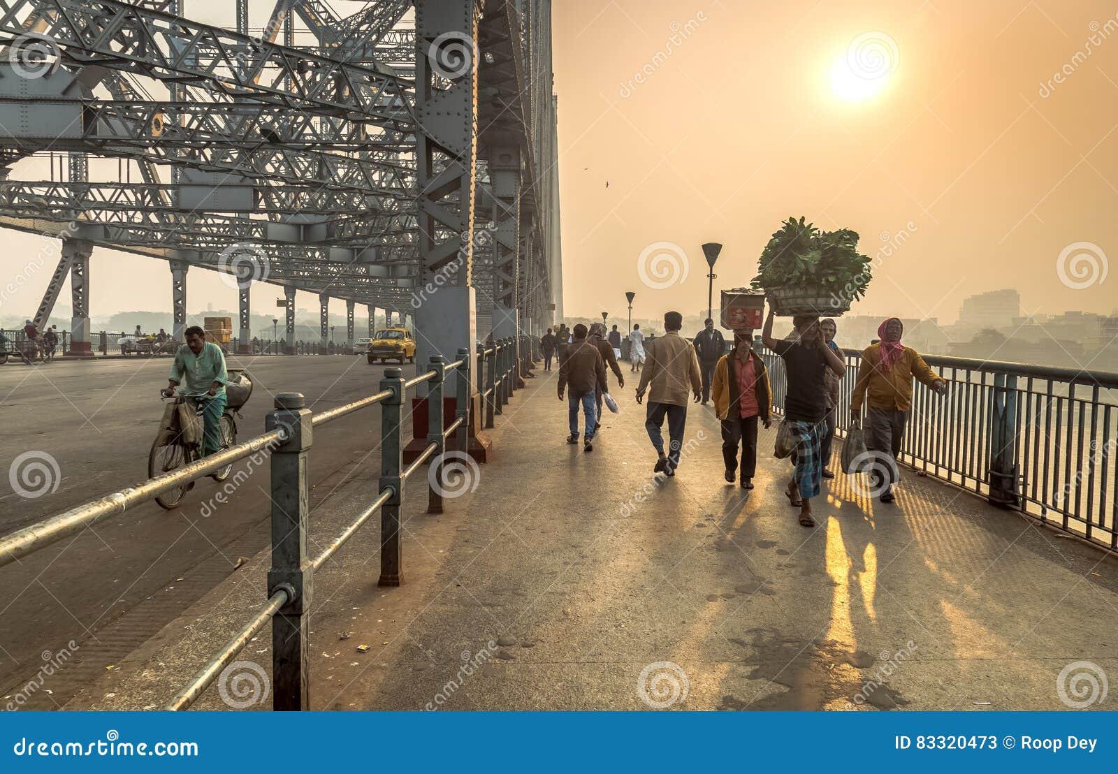 Рано утром сцена на мосте Howrah на реке Hooghly Kolkata, Индии