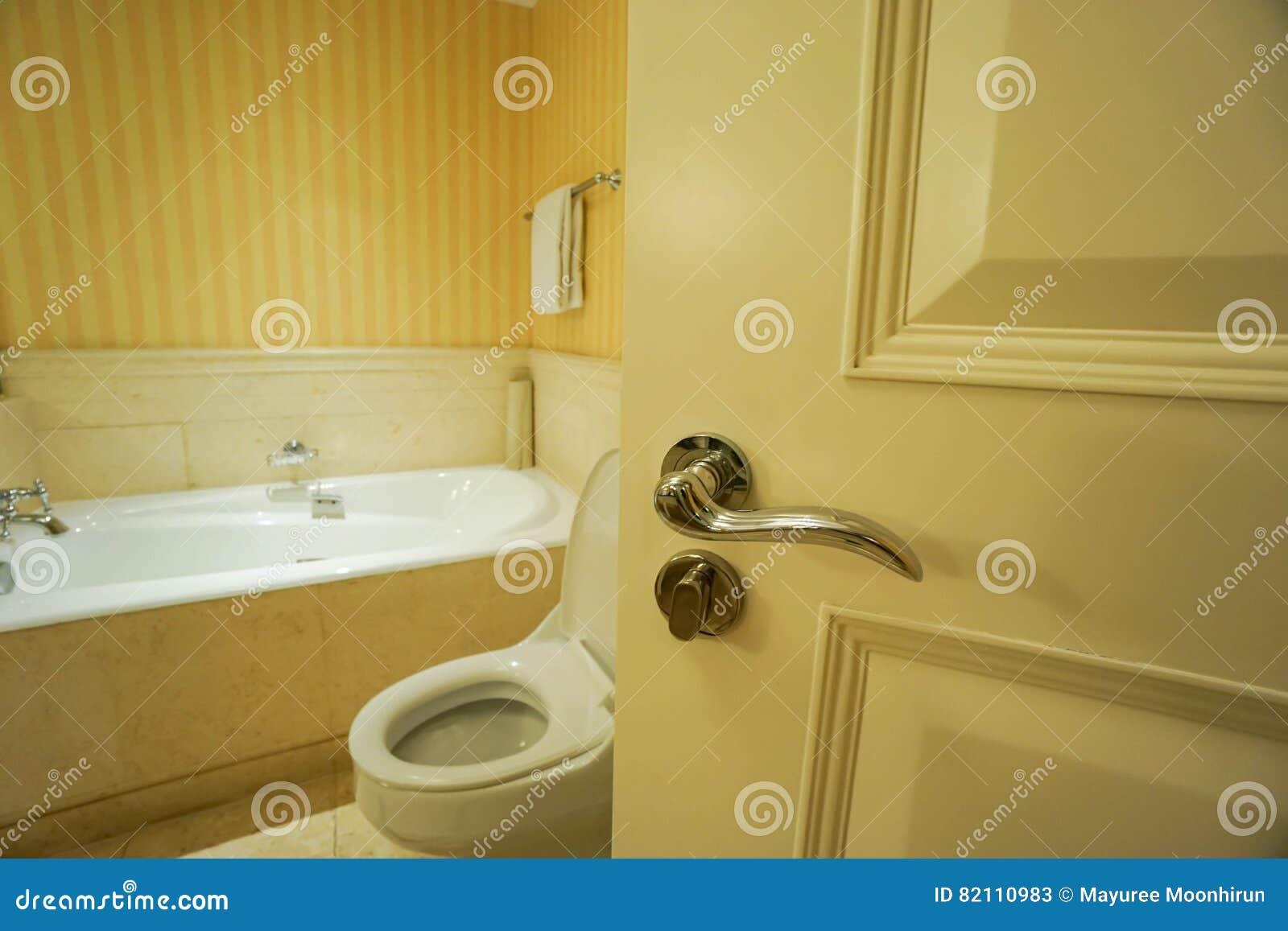 Раскройте дверь ванной комнаты
