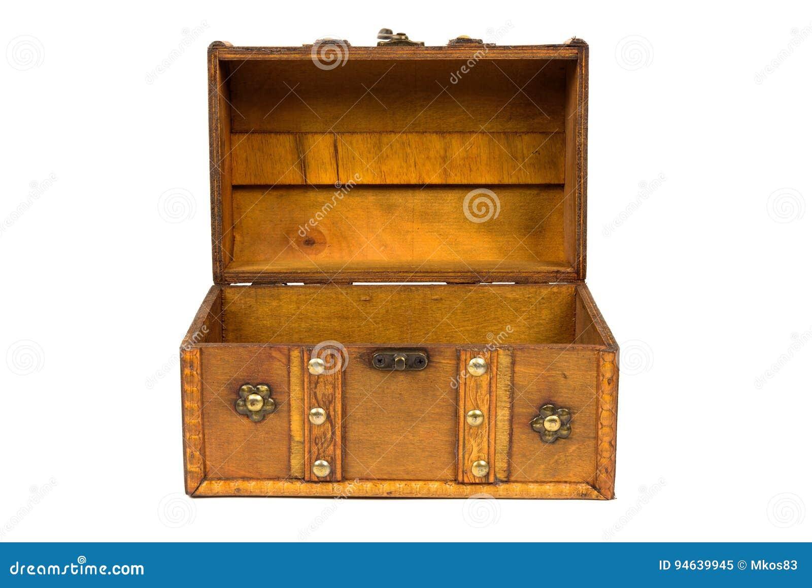 Раскройте старый деревянный комод на белой предпосылке
