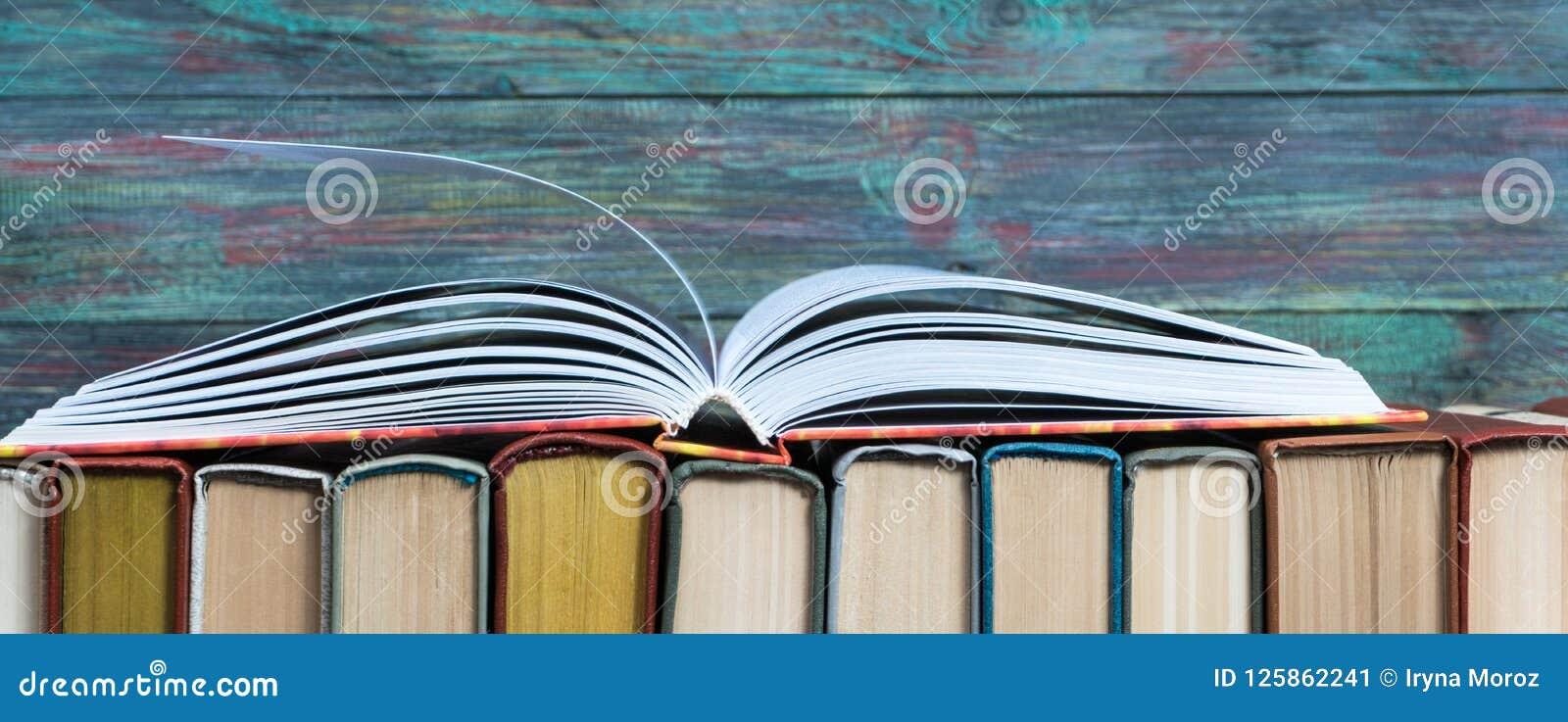 Раскройте hardback книги на книгах стога