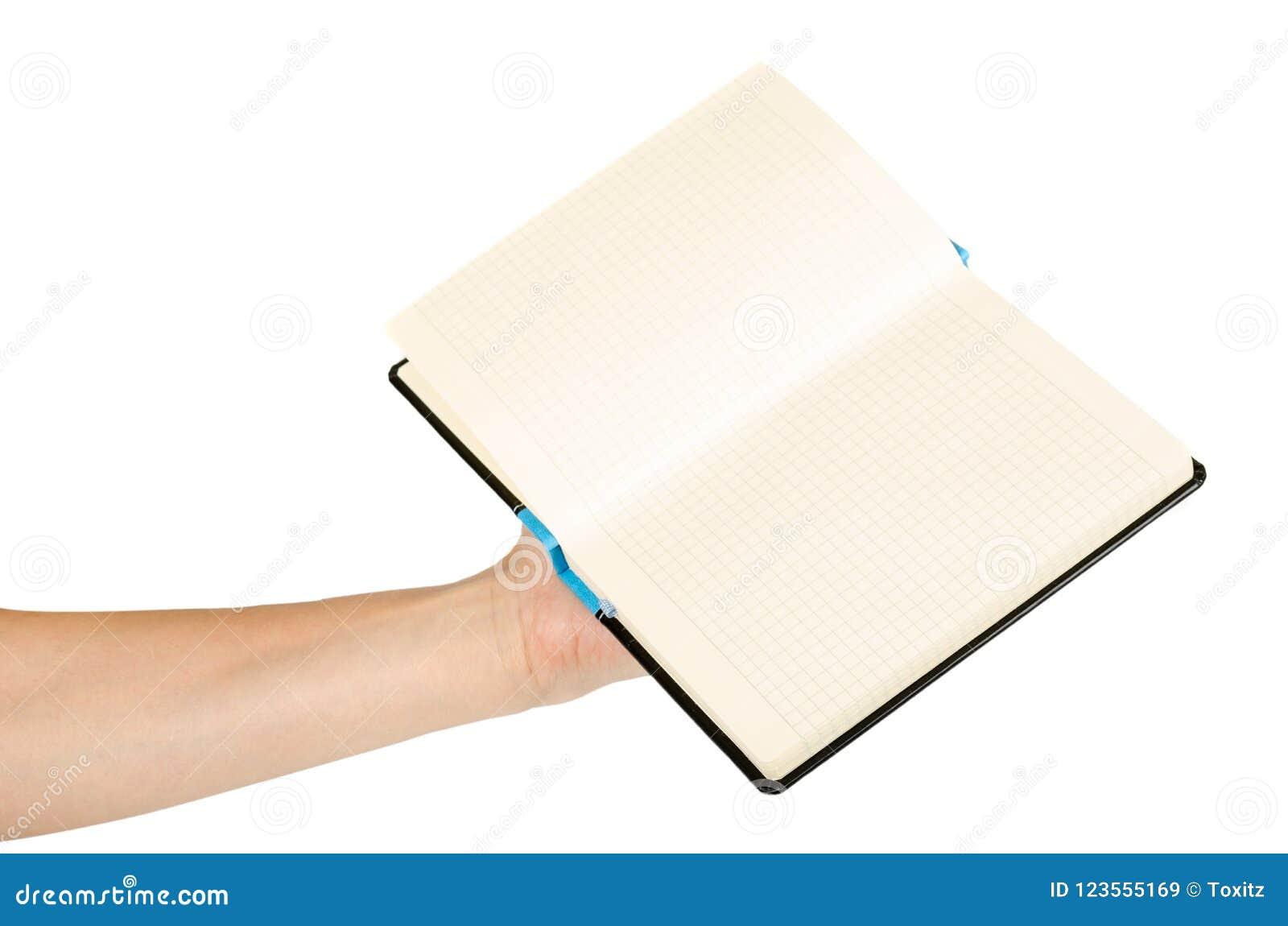 Раскрытая черная тетрадь при рука, изолированная на белой предпосылке
