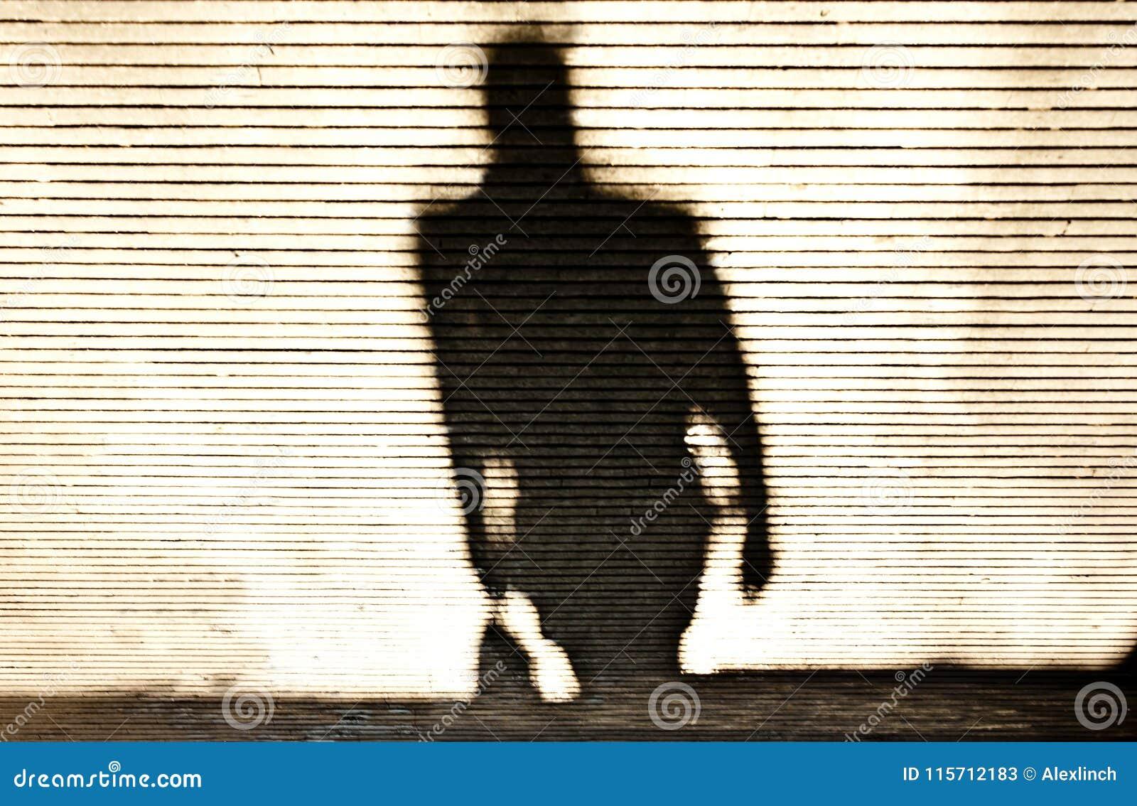 Расплывчатая тень идти человека