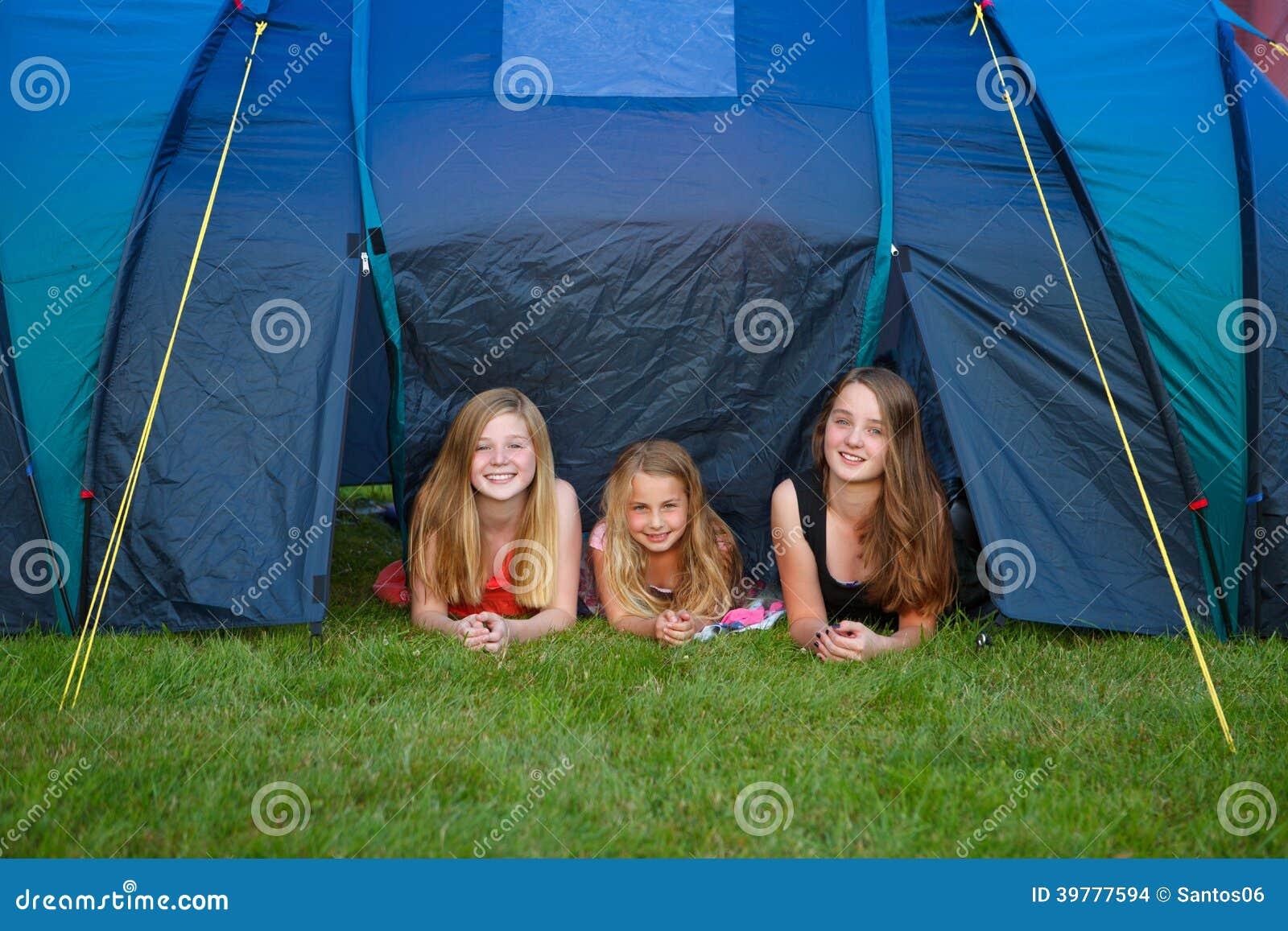Располагаться лагерем 3 девушок