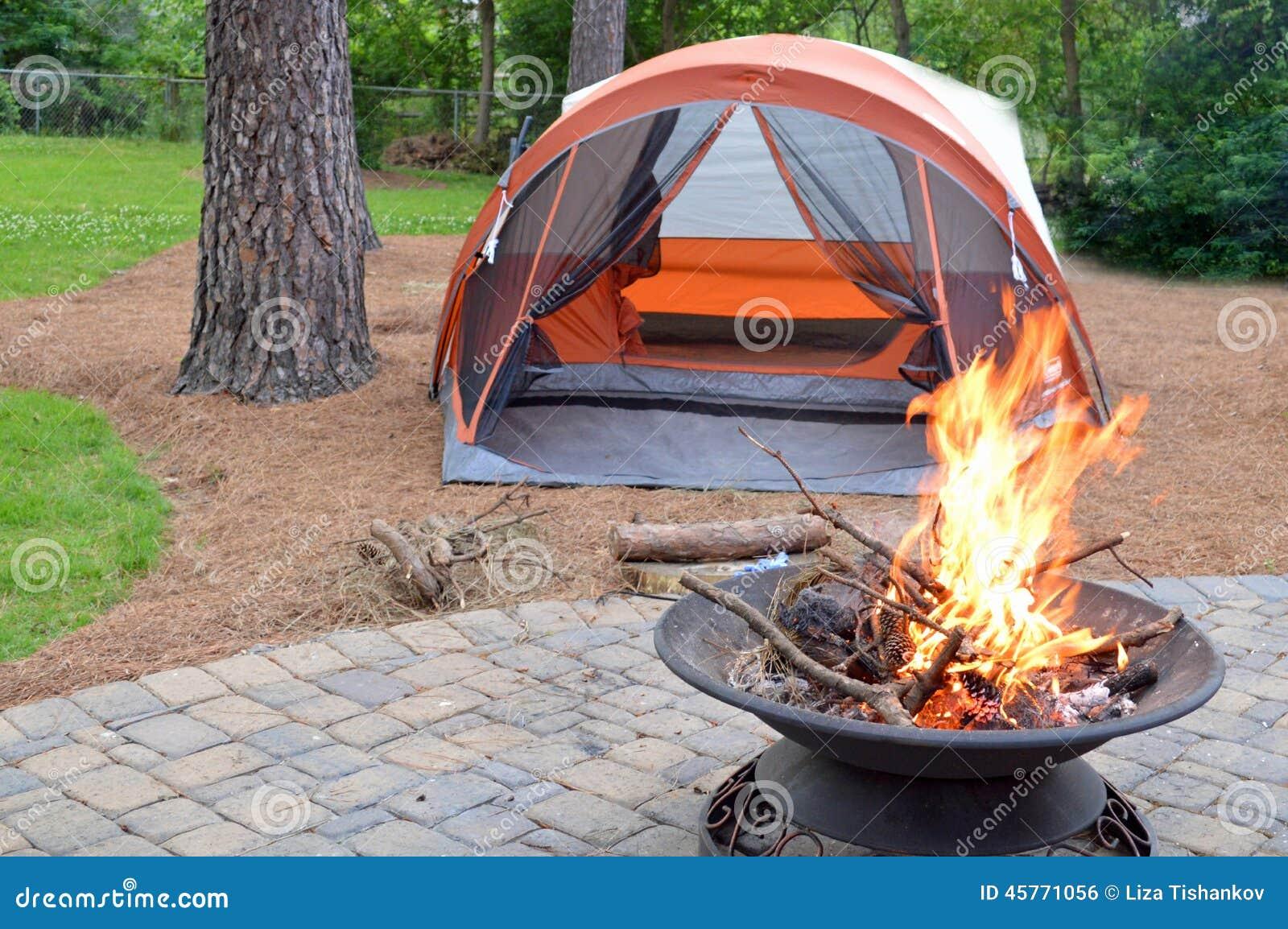 Располагаться лагерем задворк