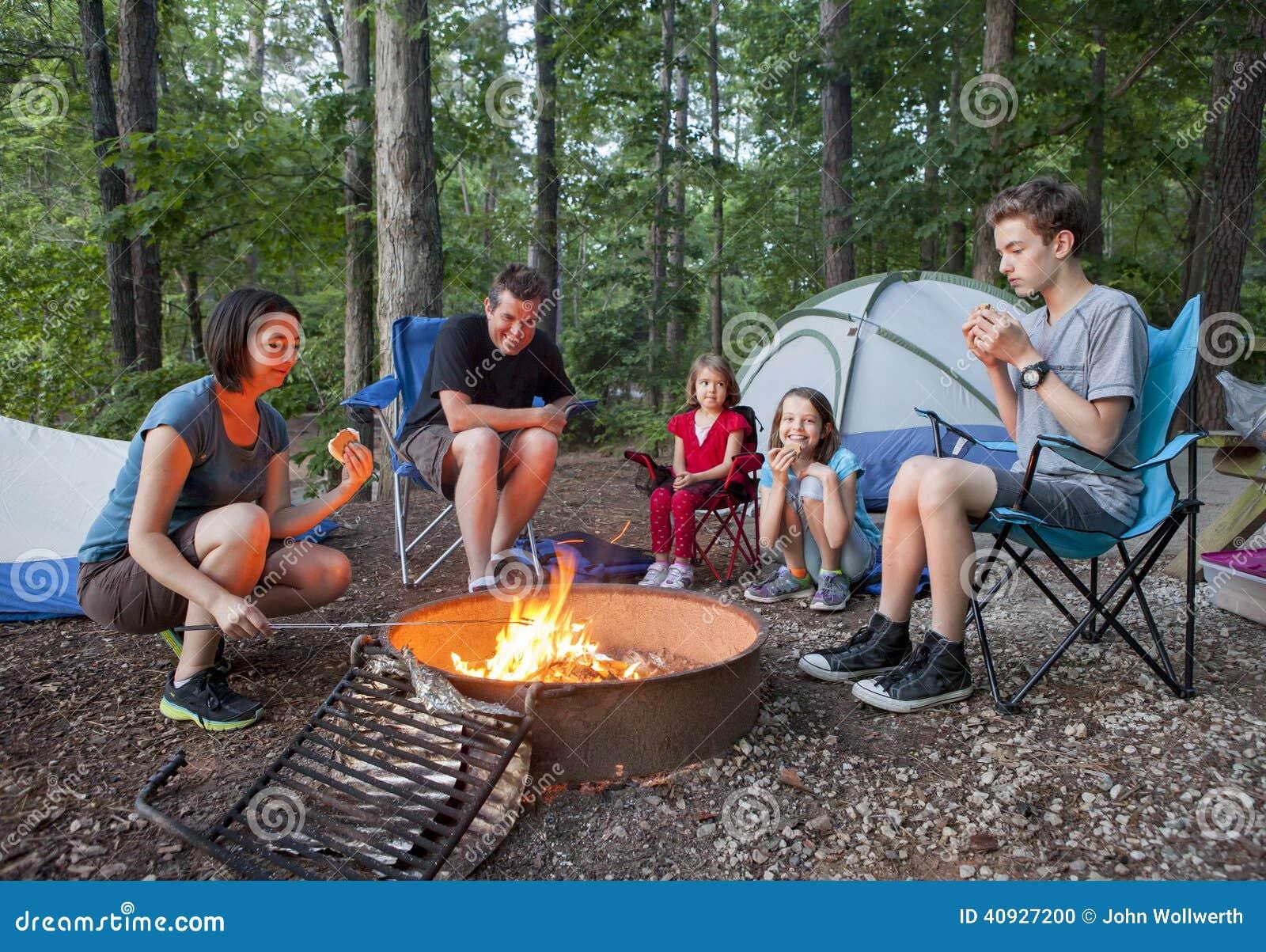 Располагаться лагерем семьи из пяти человек