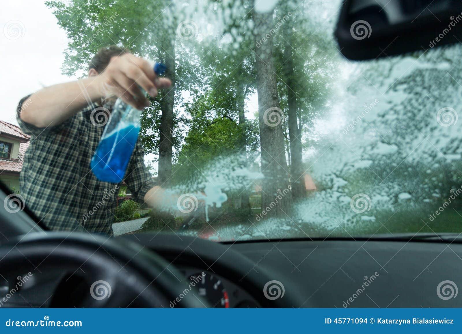 Распыляя тензид на окне