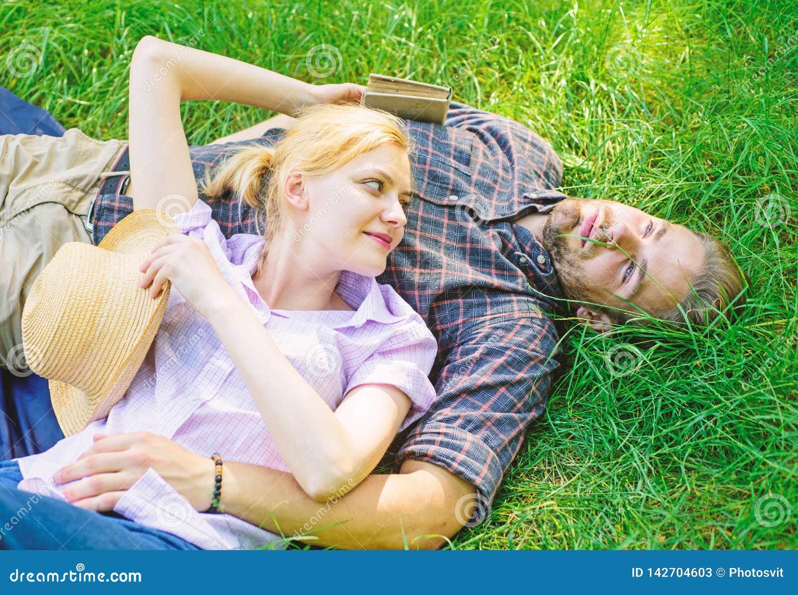 Расслабленные Гая и девушки мечтательные наслаждаются природой безмятежности Пары в влюбленности ослабляя Outdoors Минута взятия,