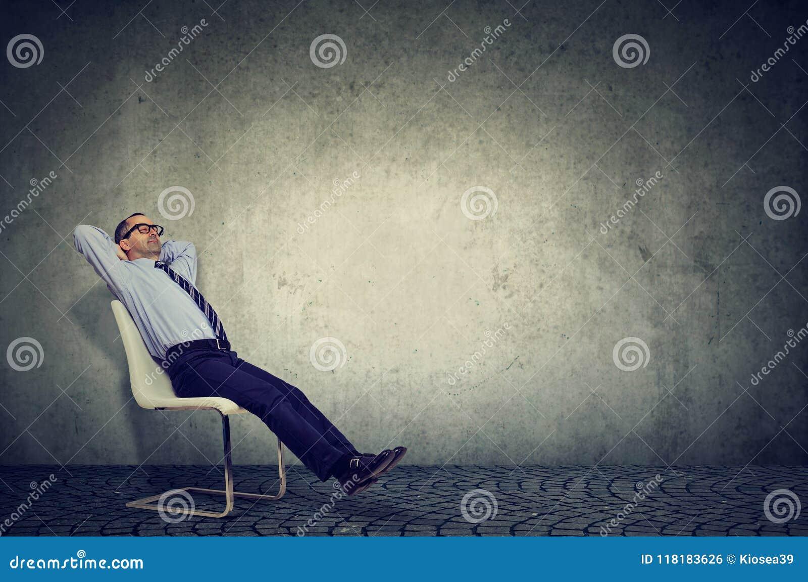 Расслабленный работник сидя на стуле