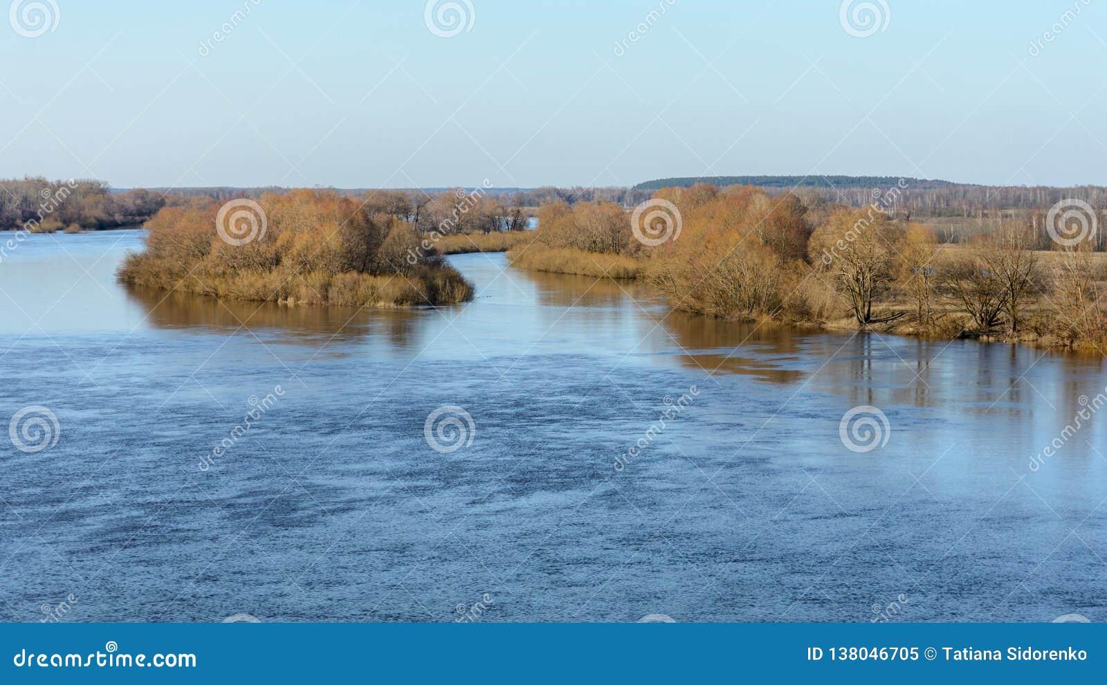 Расслоина реки Dnieper весной