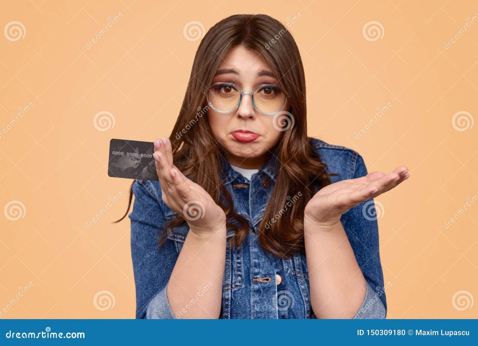 Расстроенная женщина с неблагоприятным балансом на кредитной карточке