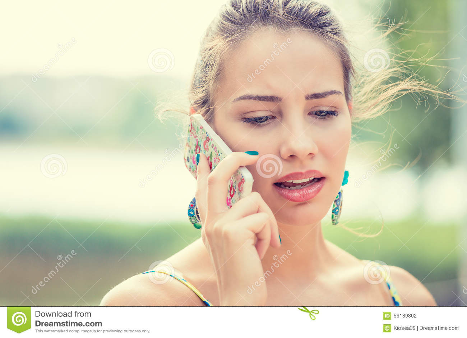 Расстроенная унылая, скептичная женщина говоря на телефоне