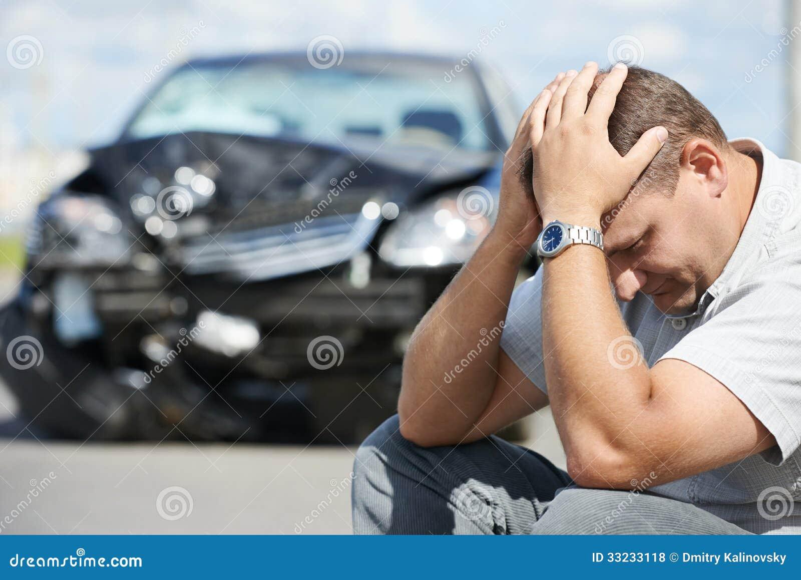Расстроенный человек после автокатастрофы