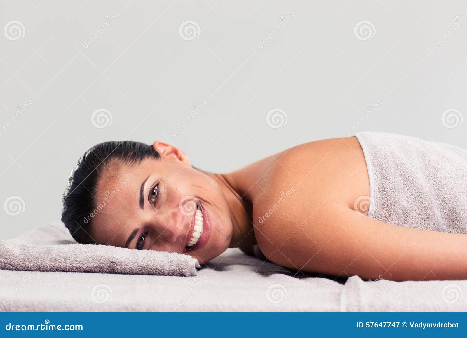 Расслабленная женщина лежа на lounger массажа