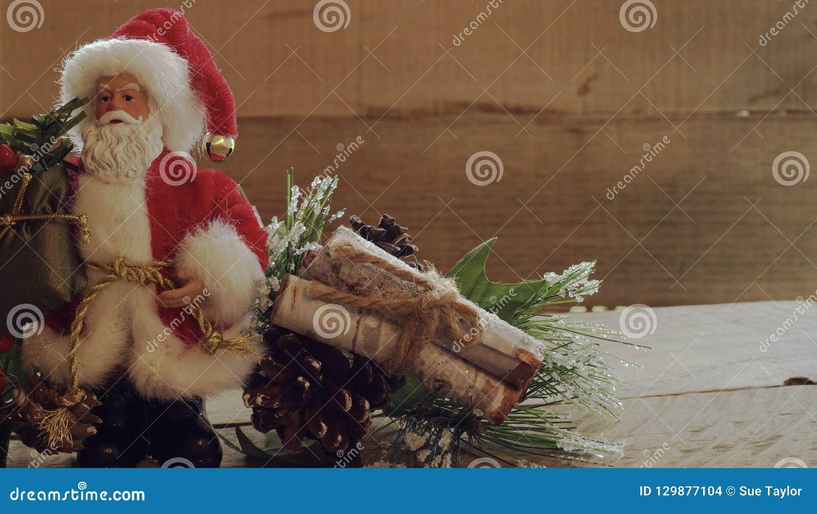 Растительность Санта Клауса стоя следующая с древесиной входит в систему пачка на деревянной предпосылке