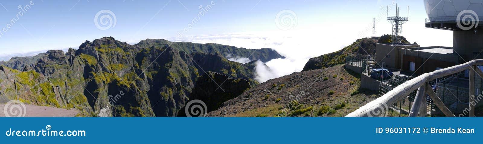 Радиолокационная станция противовоздушнаяа оборона на Pico делает Arieiro, на 1.818 m высокий, самая высокая вершина ` s третьего