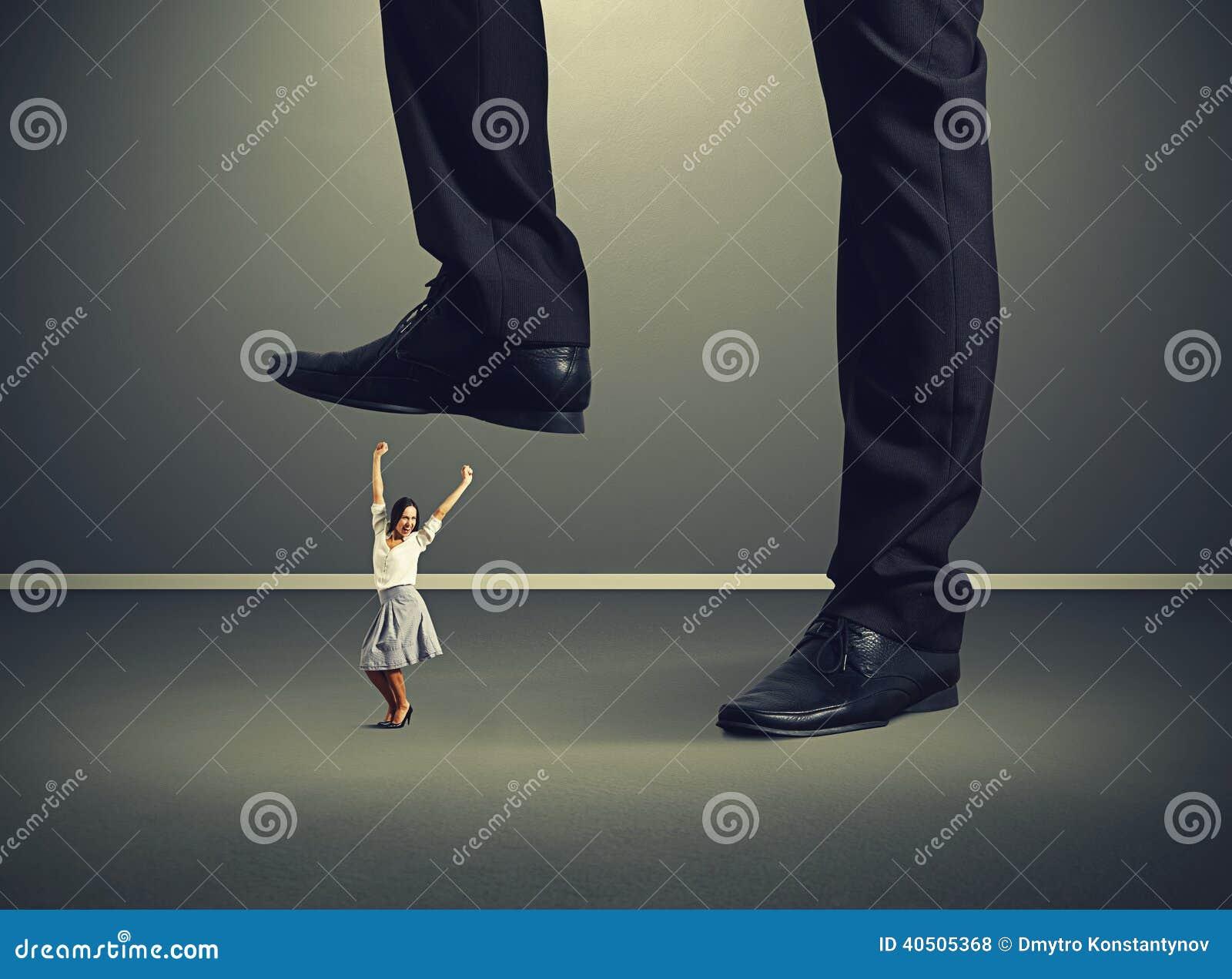 Девушка задирает ноги