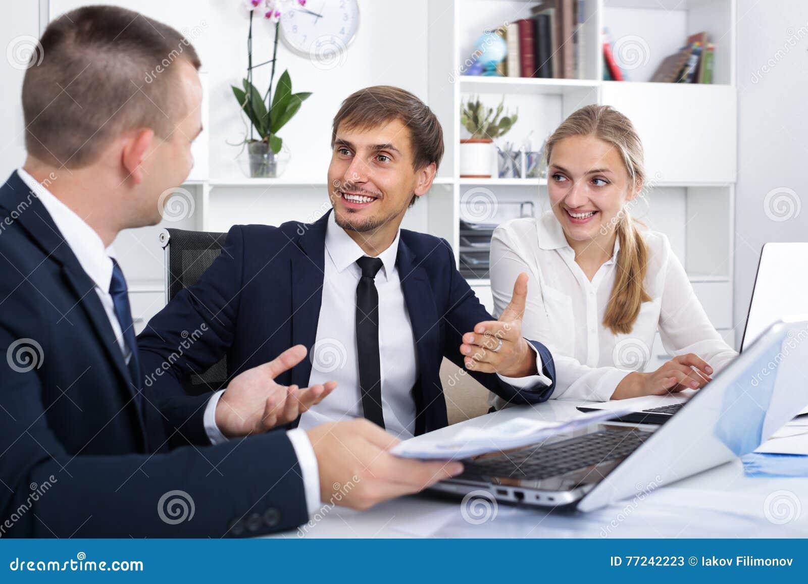 Радостные сотрудники имея переговор