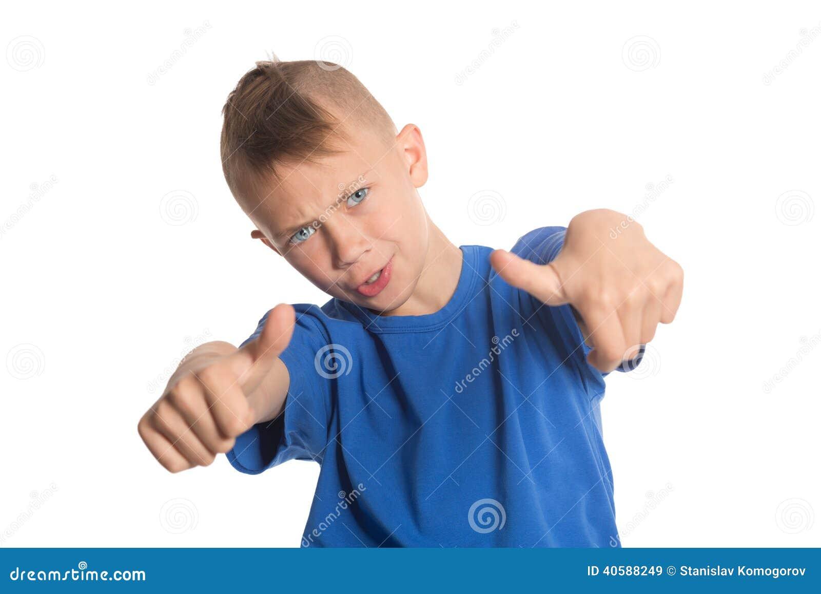 Радостный мальчик показывая большие пальцы руки вверх показывать
