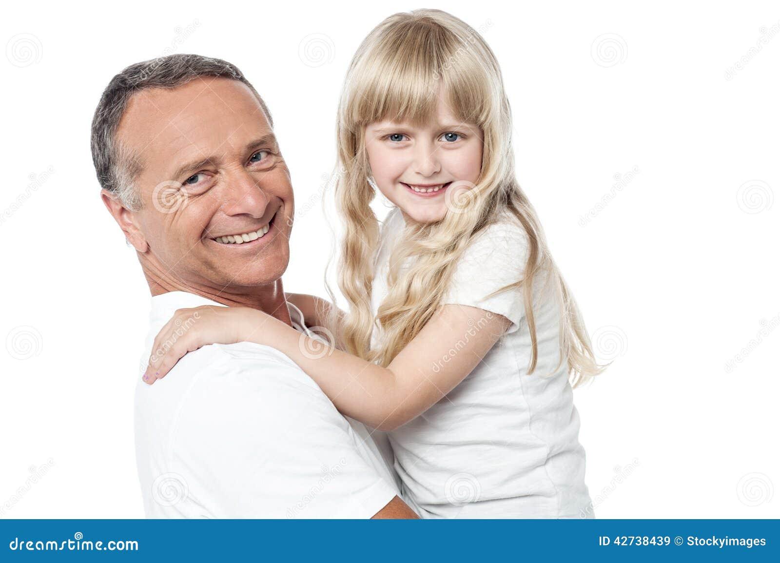 Радостный отец с милой маленькой дочерью
