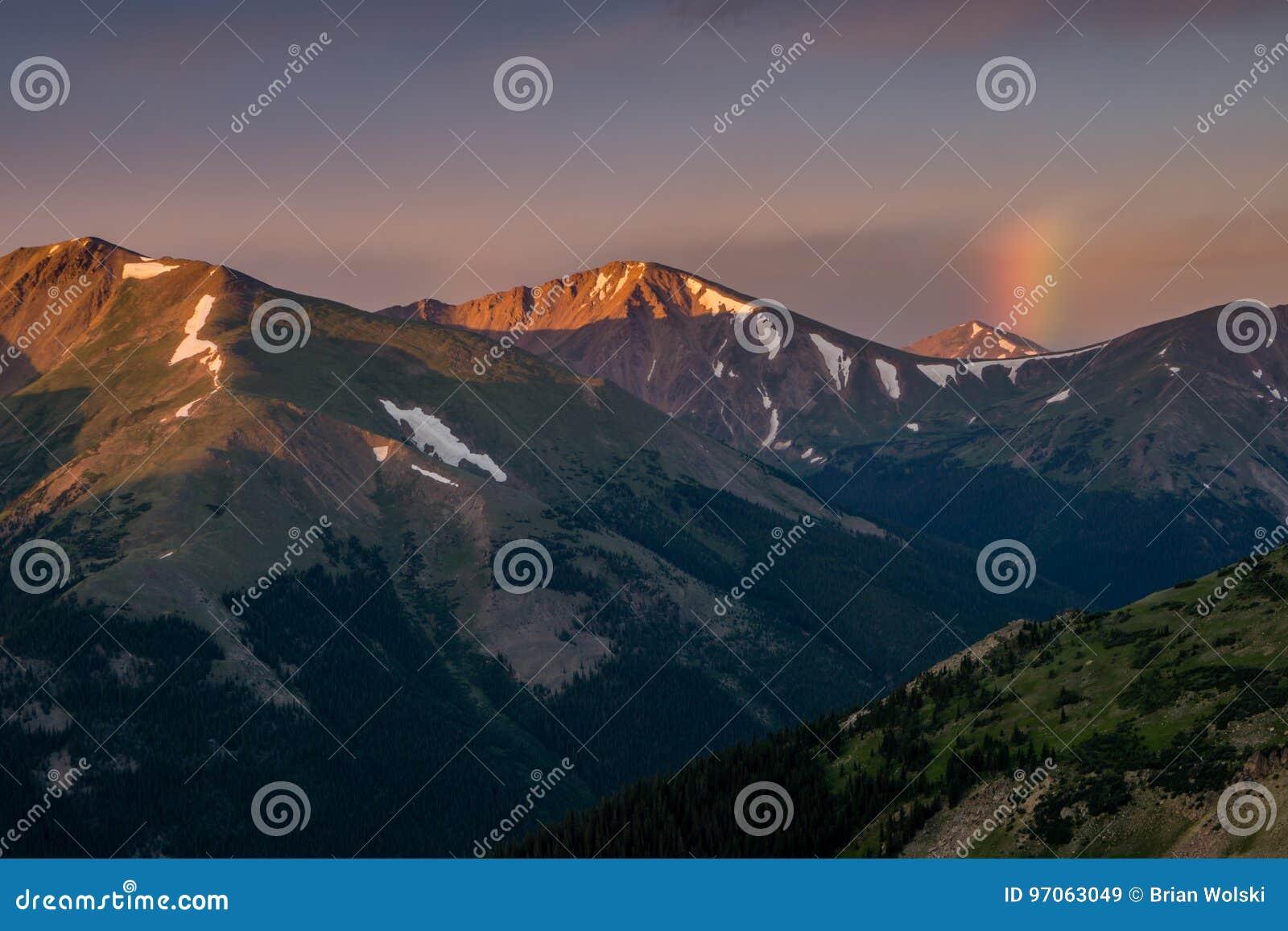 Радуга восхода солнца в горах Колорадо