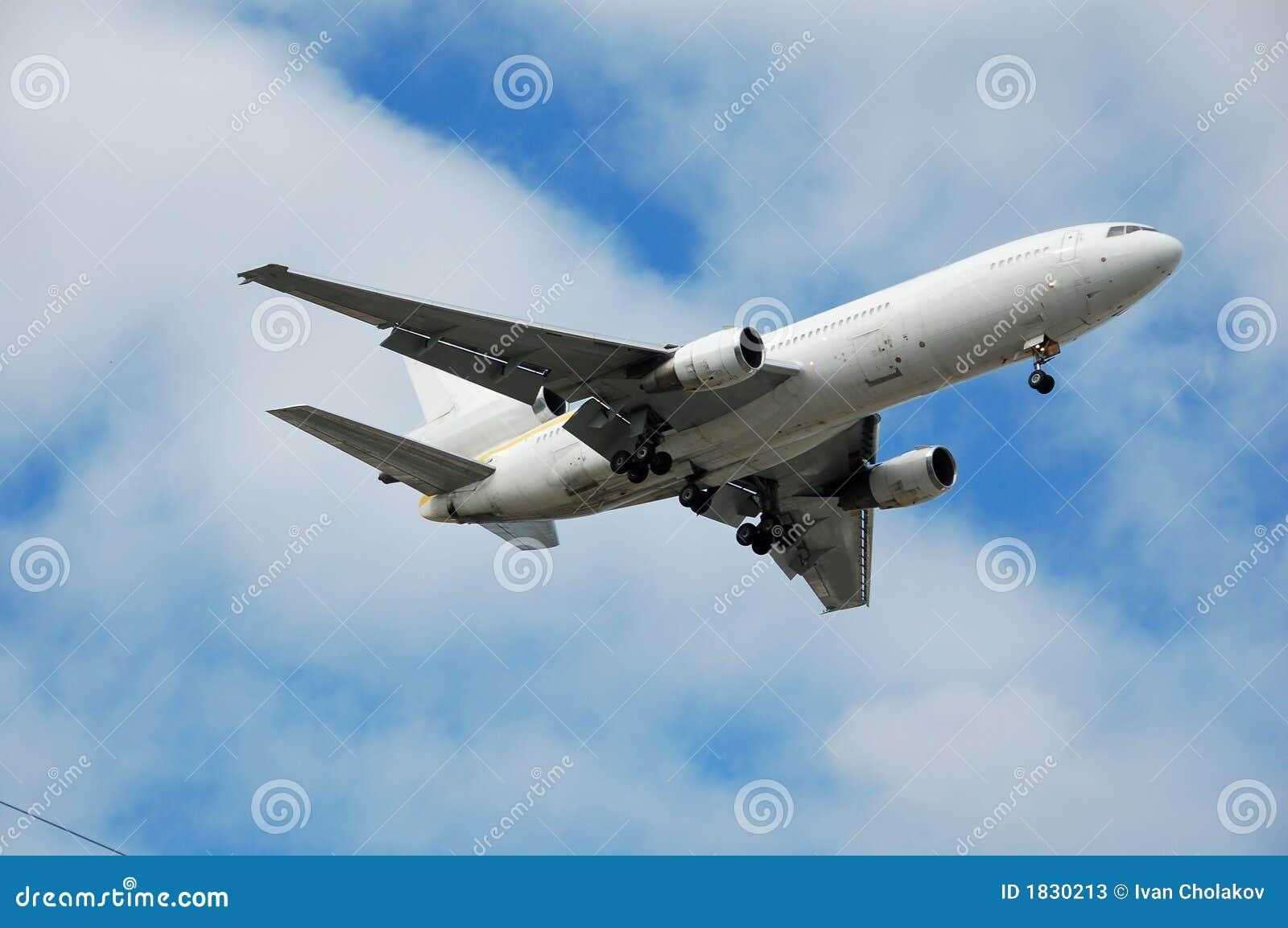 реактивный грузовой самолет неотмеченный