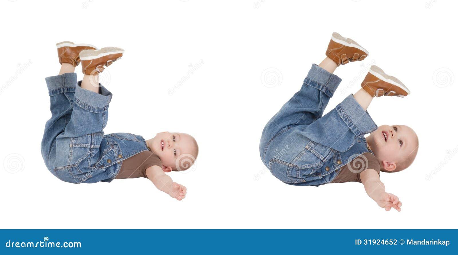 Девушки лежат с поднятыми ногами