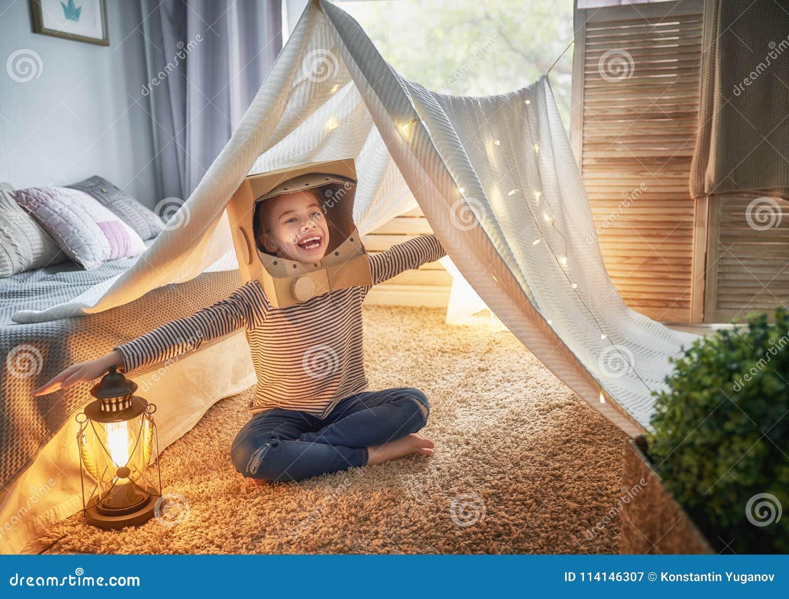 Ребенк играя в шатре