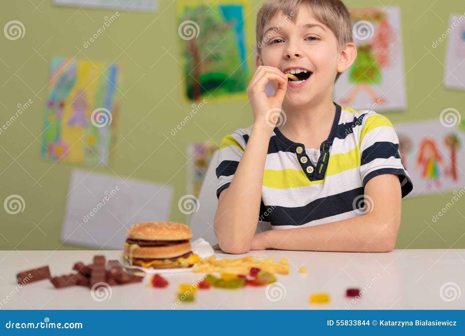 Ребенк и нездоровые закуски