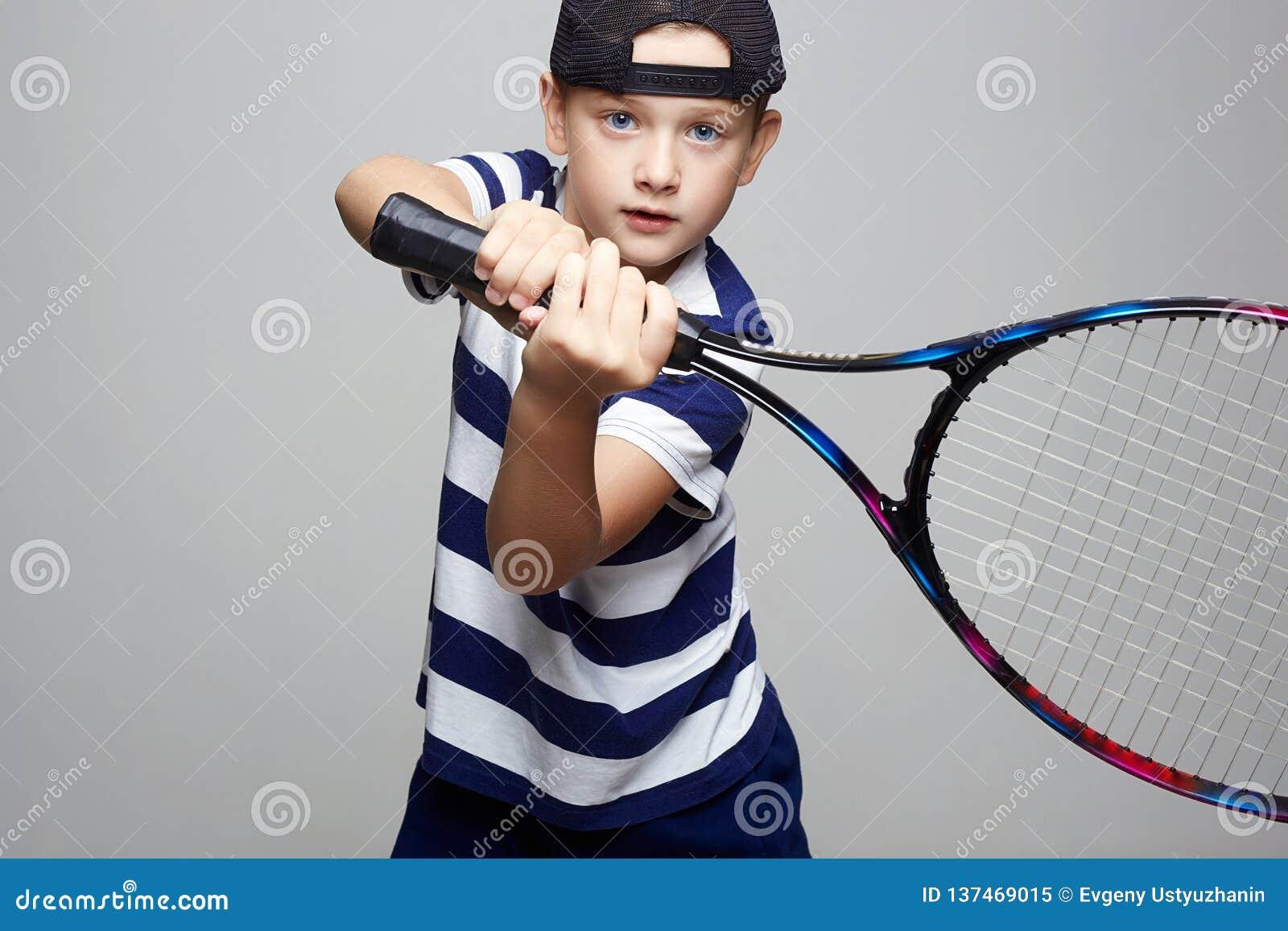 Ребенк спорта играя теннис мальчик немногая