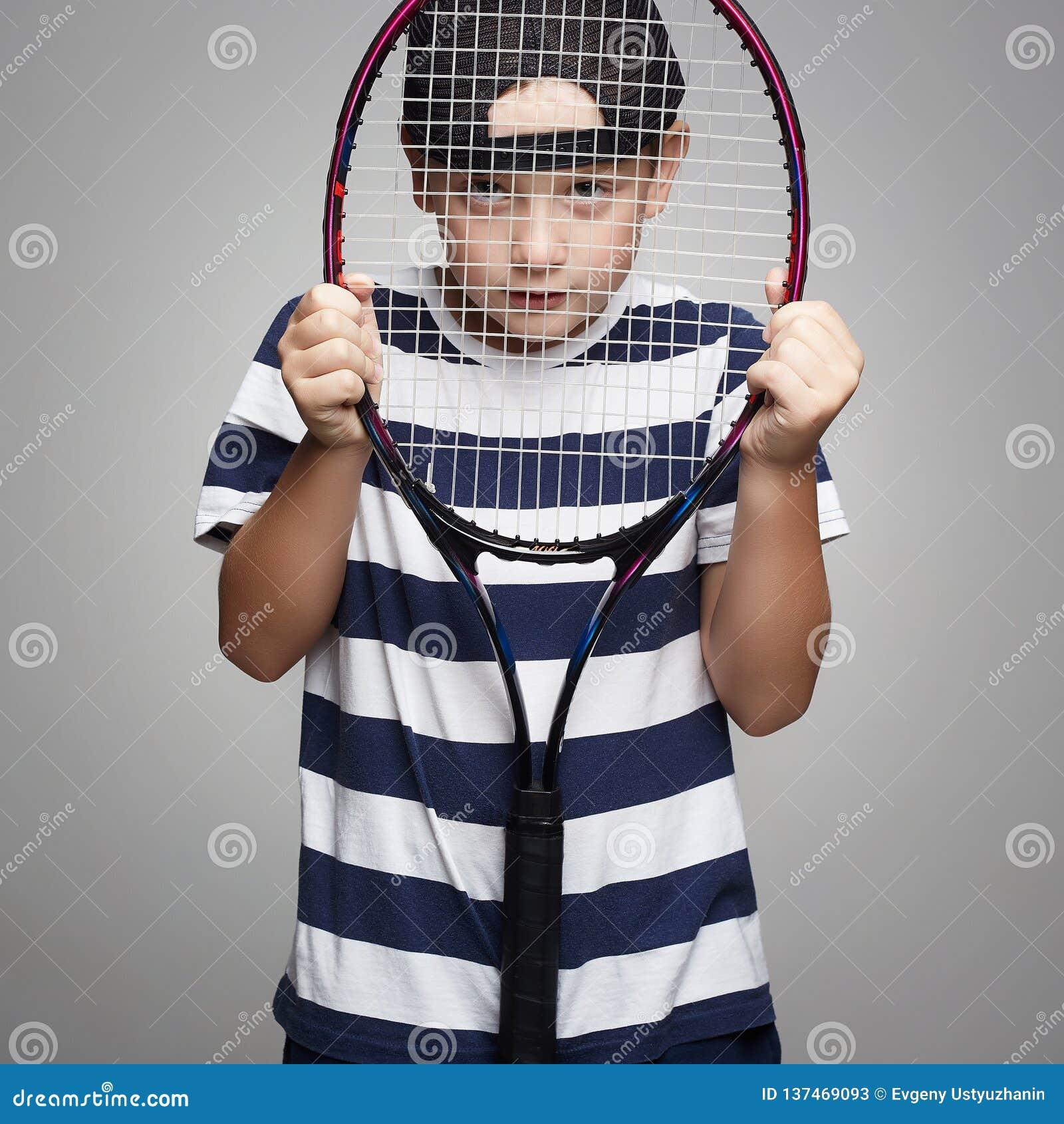 Ребенк спорта с ракеткой тенниса
