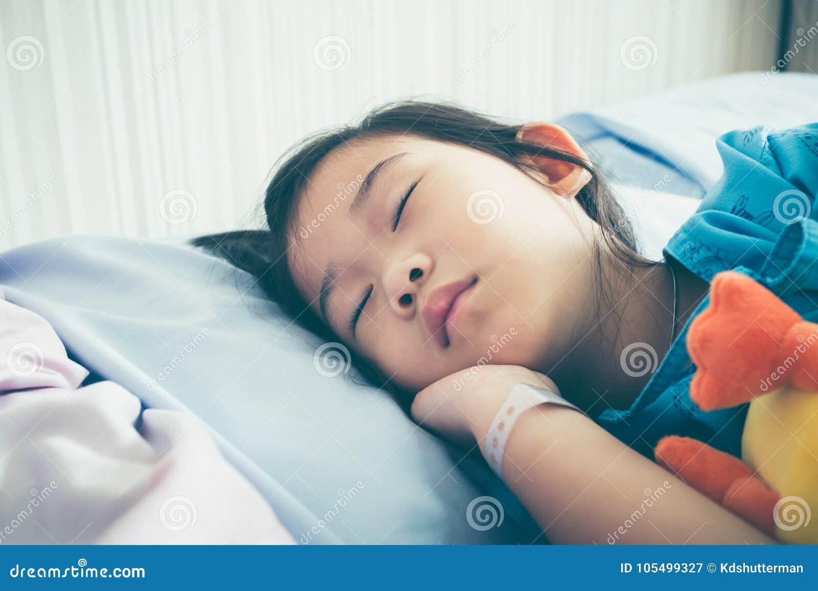 Ребенок болезни азиатский впущенный в больницу Винтажный фильтр фильма ef