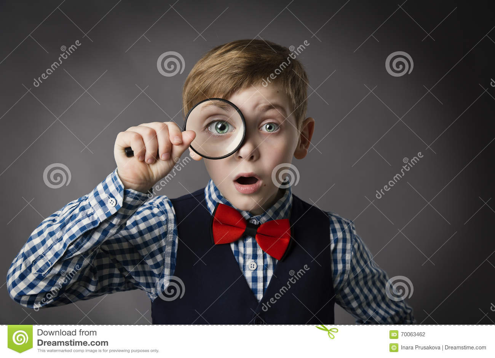 Ребенок видит до конца лупу, объектив увеличителя глаза ребенк