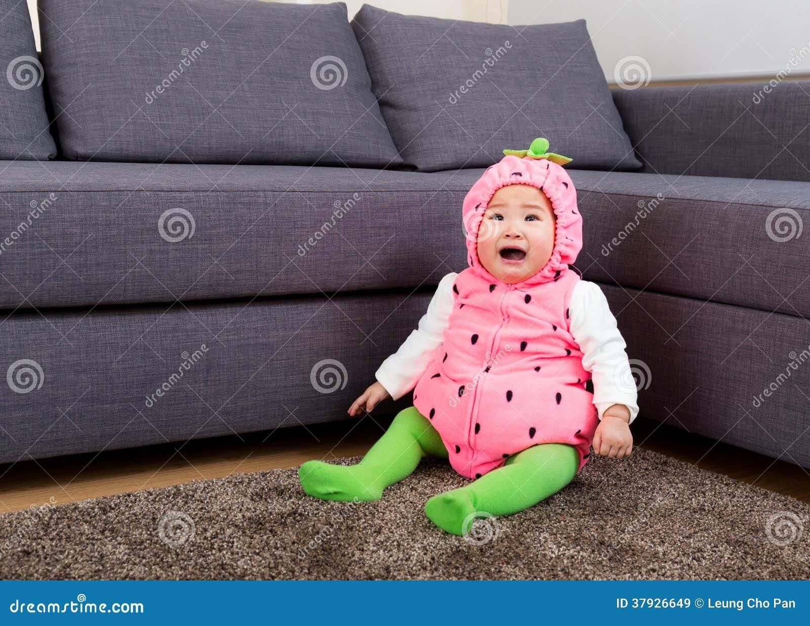 Ребенок в костюме клубники