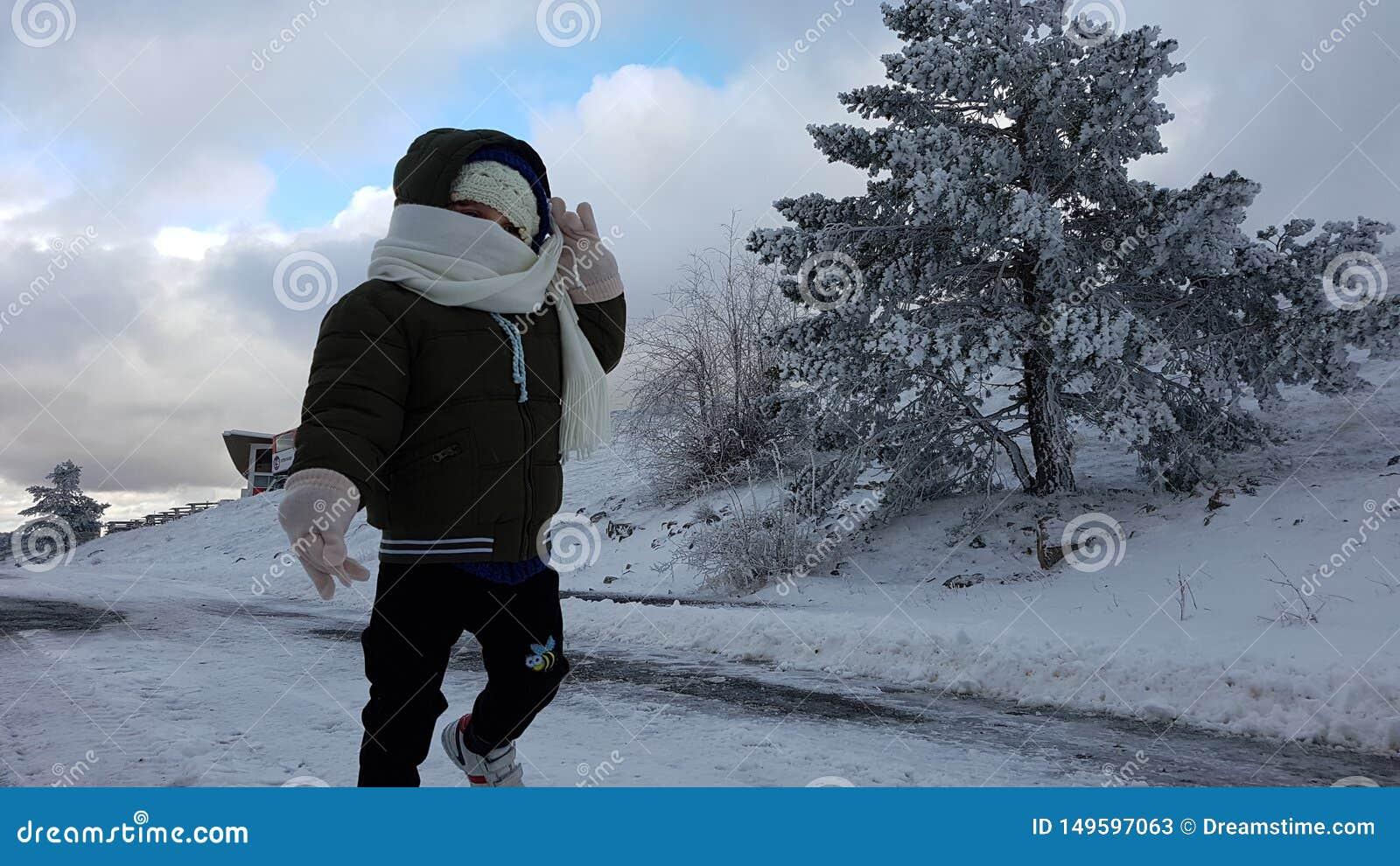 Ребенок в снеге
