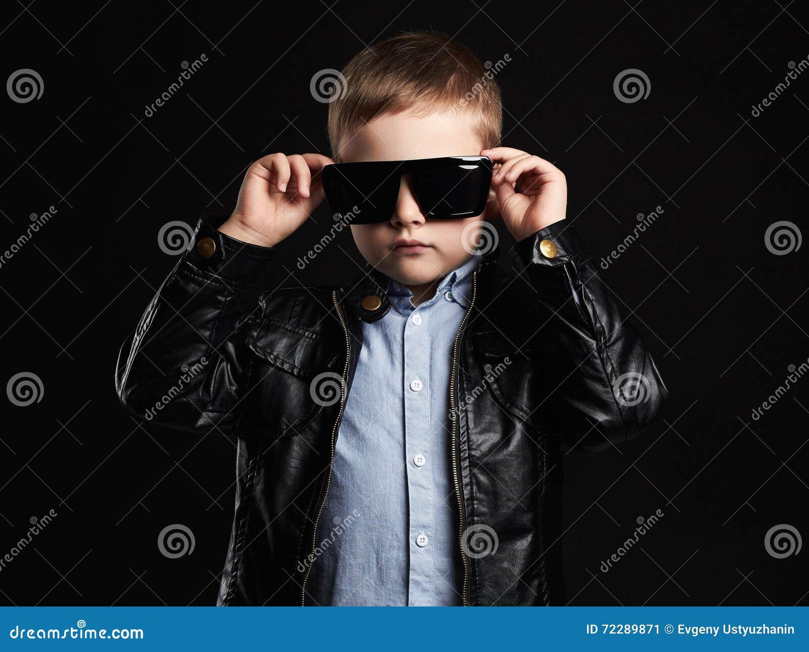 Download Ребенок в солнечных очках модный красивый мальчик в коже Стоковое Изображение - изображение насчитывающей добросердечно, blondish: 72289871