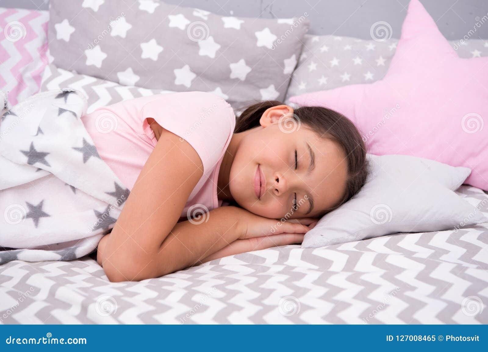 Ребенок девушки падает уснувший на подушке Качество сна зависит на много факторов Выберите правильную подушку для того чтобы спат