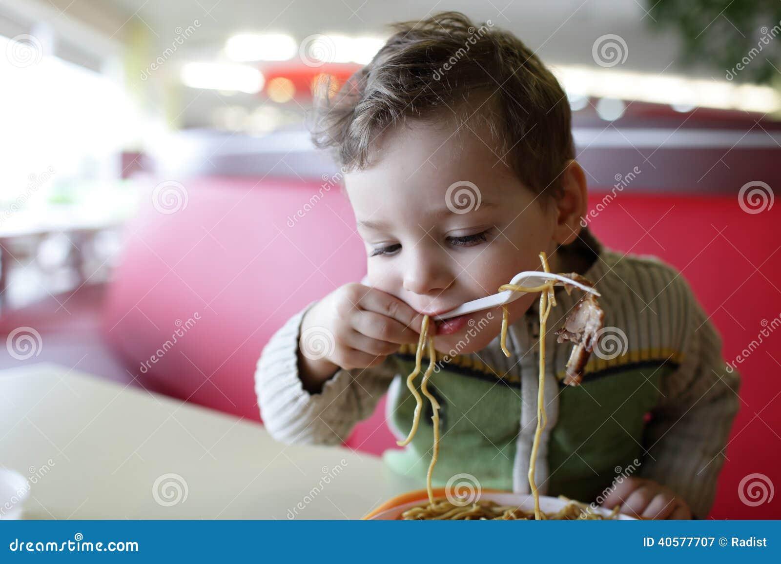 Ребенок есть спагетти