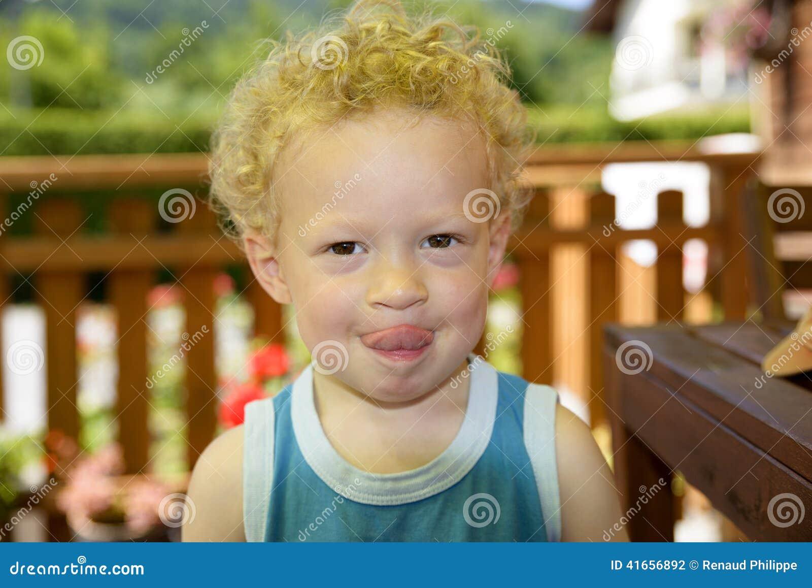 Ребенок делает гримасу