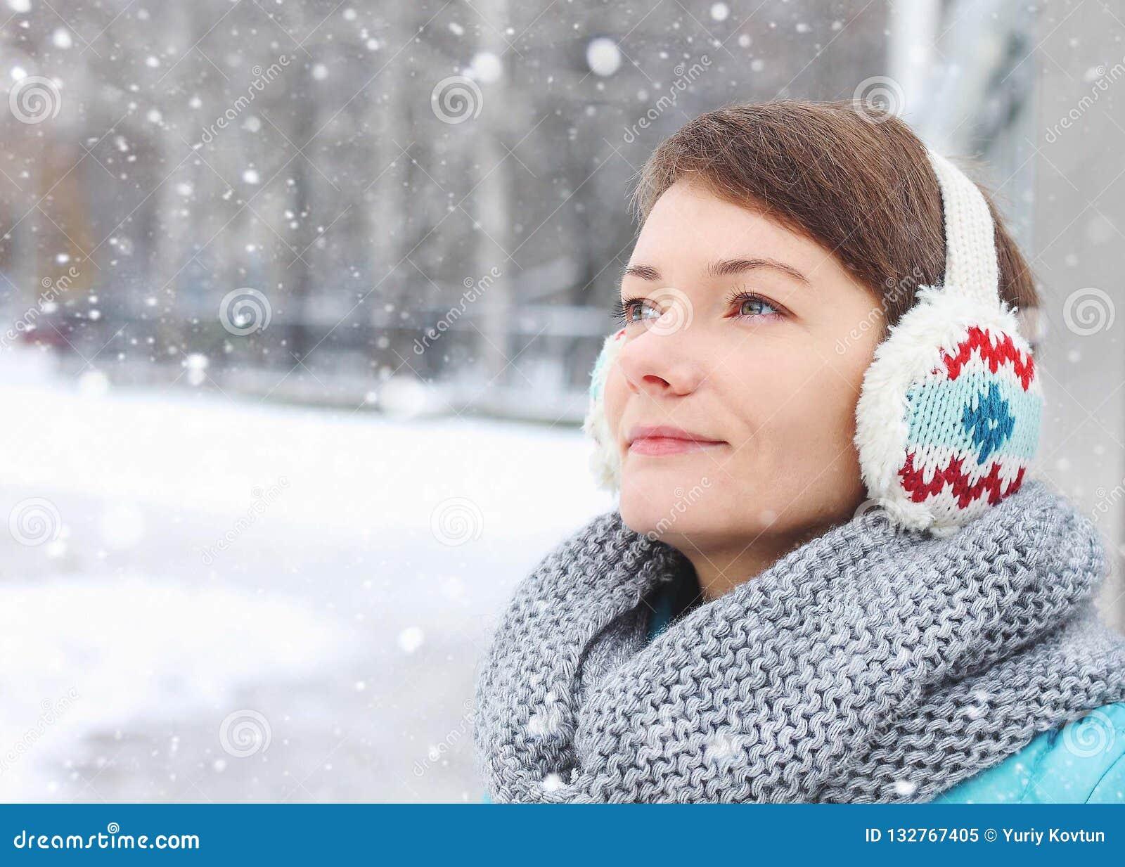 Ребенок женщины вне снега льда зимы парка
