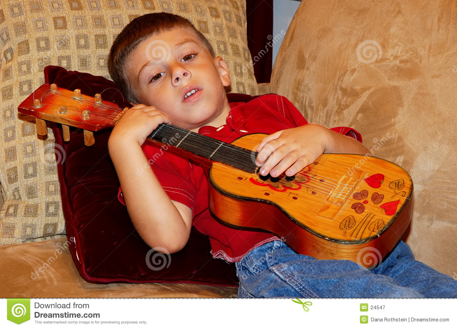 ребенок играя ukulele