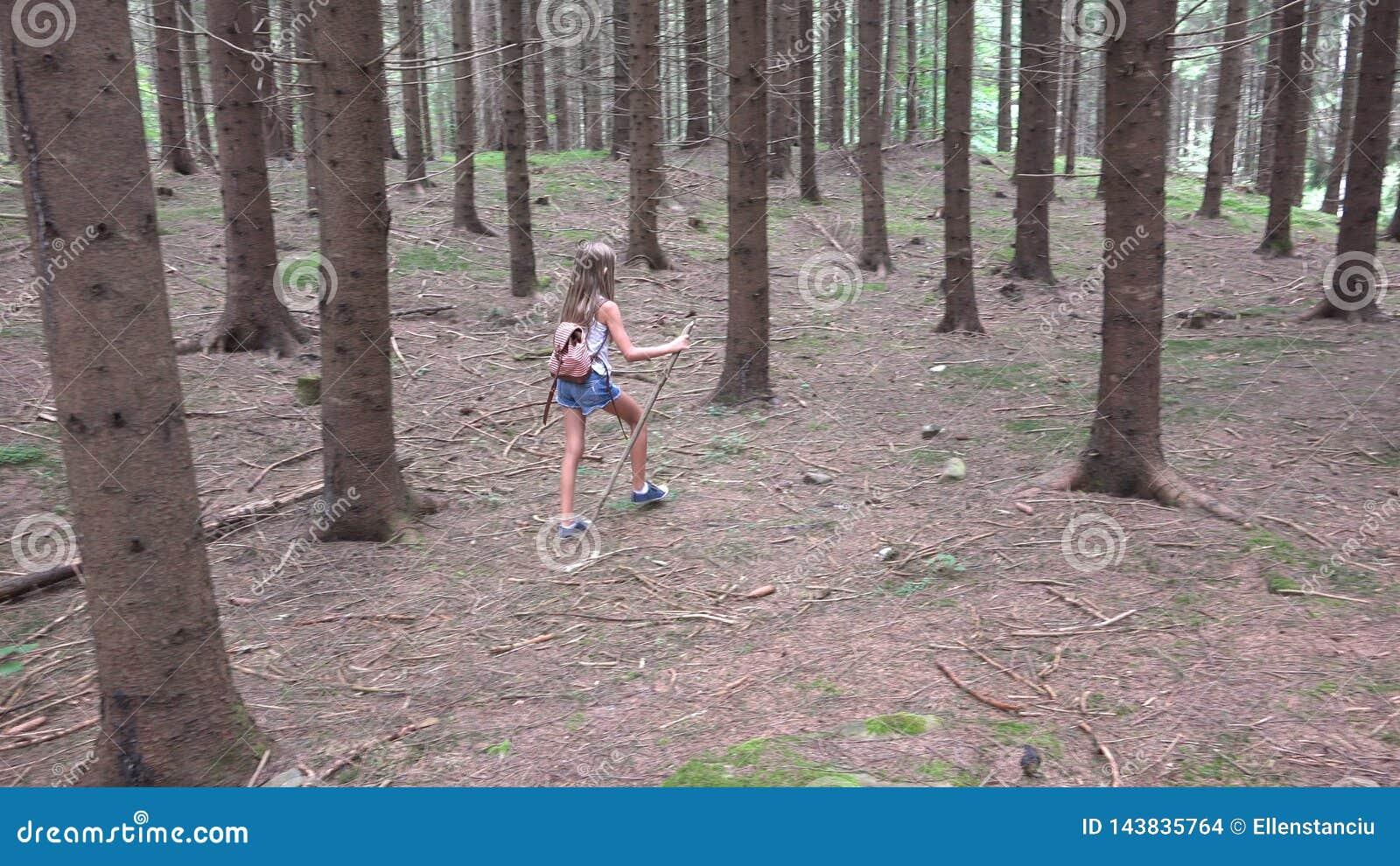 Ребенок идя в лес, природу ребенк на открытом воздухе, девушку играя в располагаясь лагерем приключении